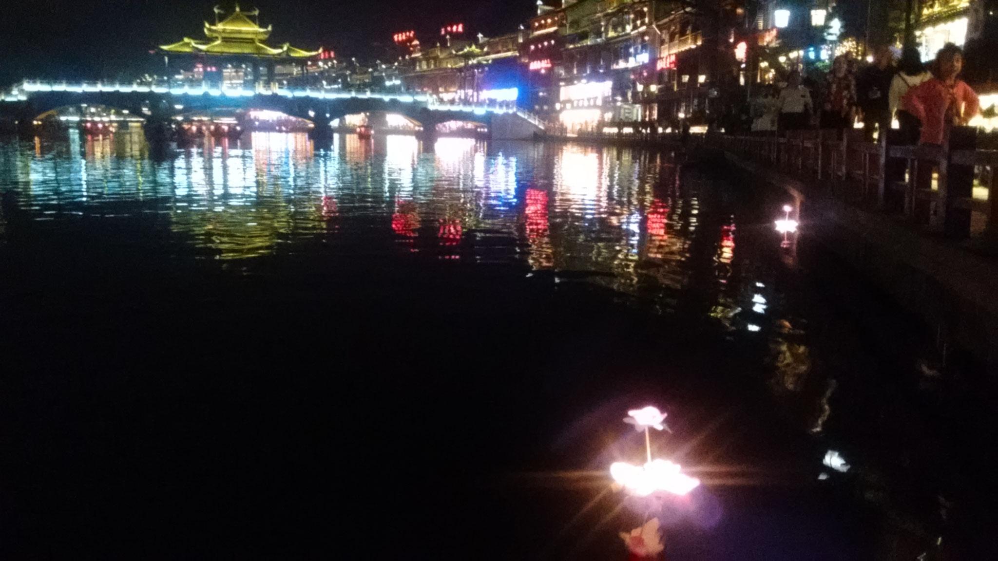 Ohne Laternen zu Wasser gelassen zu haben, sollte man Fenghuang nicht verlassen.