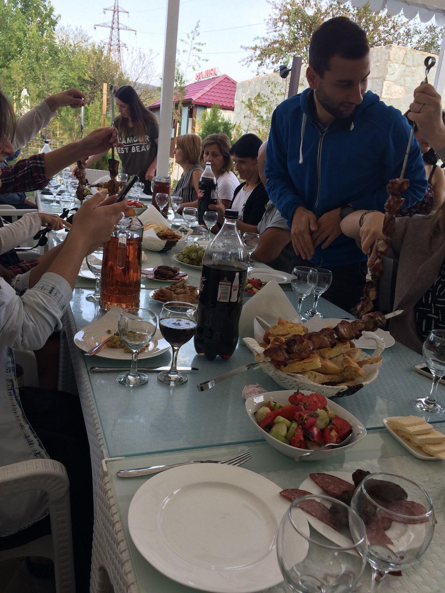 Georgisches Gastmahl beim Lehrerausflug - Essen, so weit das Auge reicht