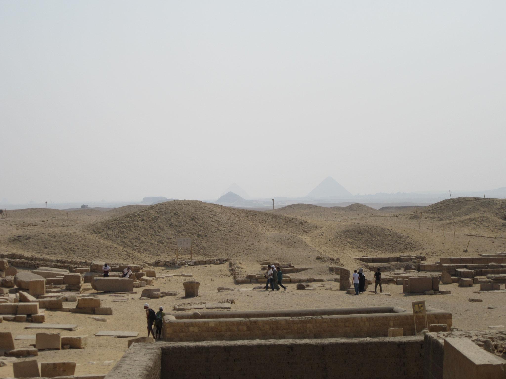 Am Horizont erkennt man weitere Pyramide