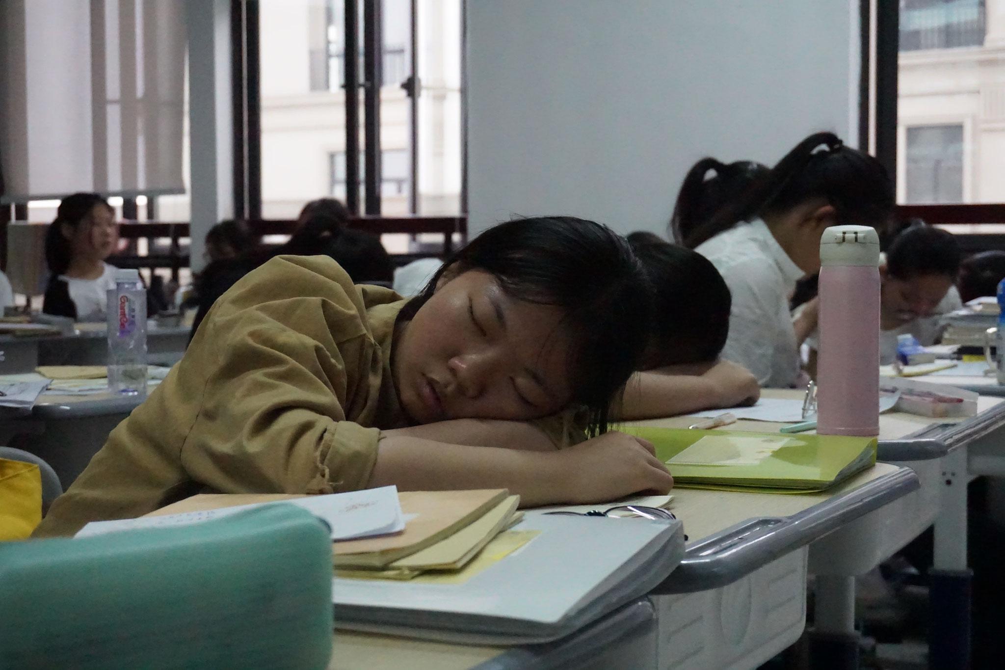 Müde Schülerin