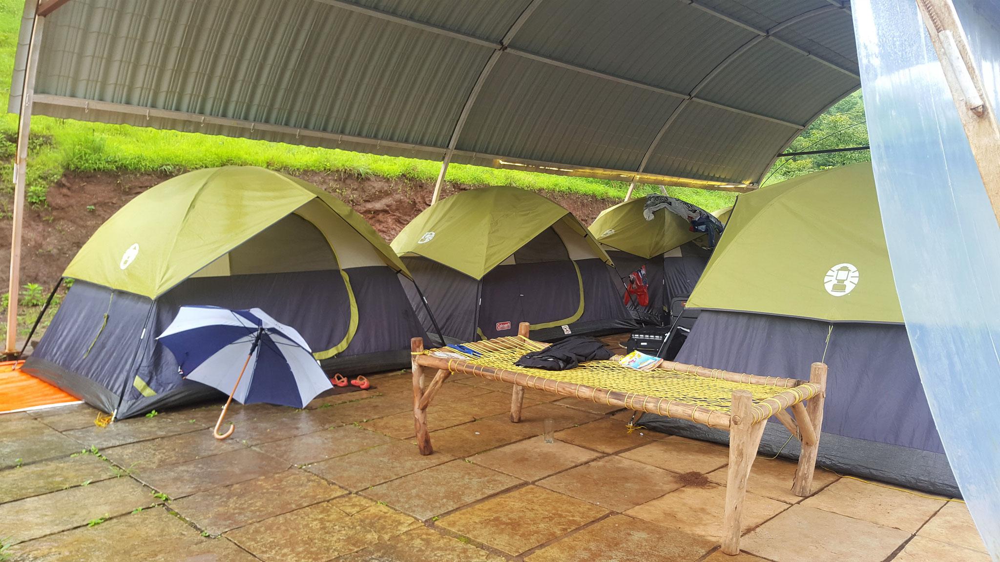 Campingplatz Deluxe: Zelten geschützt vor dem Monsun, richtig outdoorsy