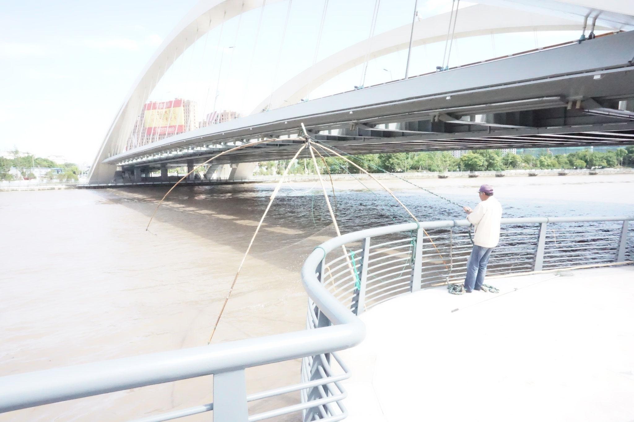 Schleppnetz an der neuen Uferpromenade