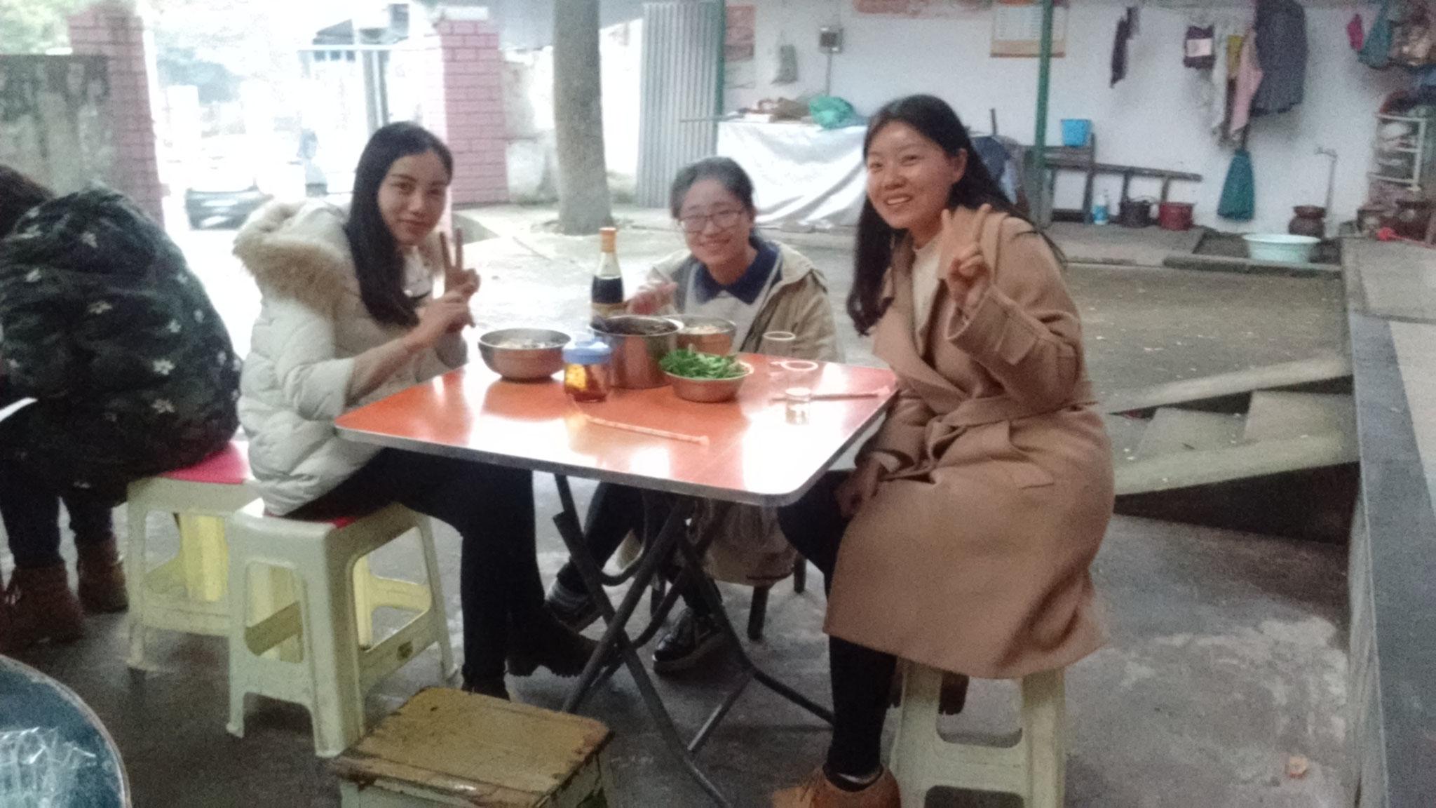 Zhuzhou - die beste Nudelsuppe der Stadt, hier mit Hui und Kolleginnen.
