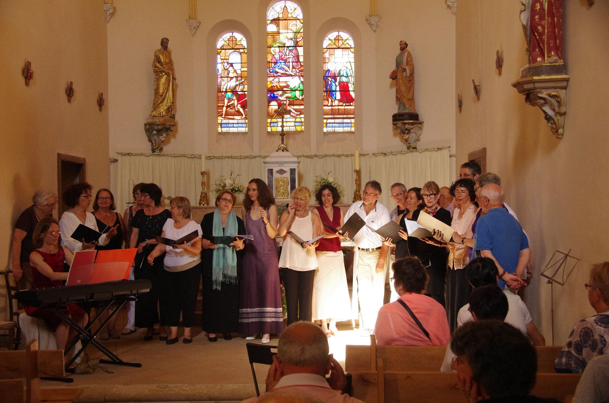 Les dames de choeur et le public invité à chanter