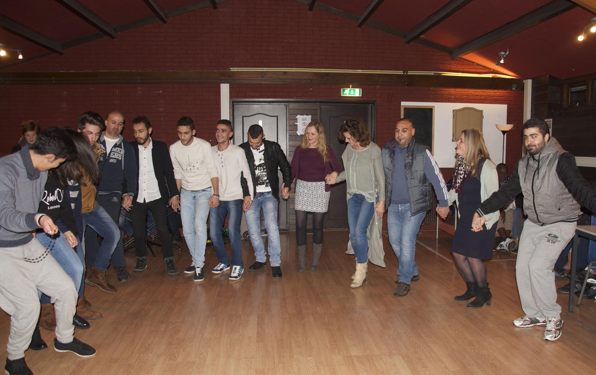 Zingen en dansen AZC Onnen, dec. 2015