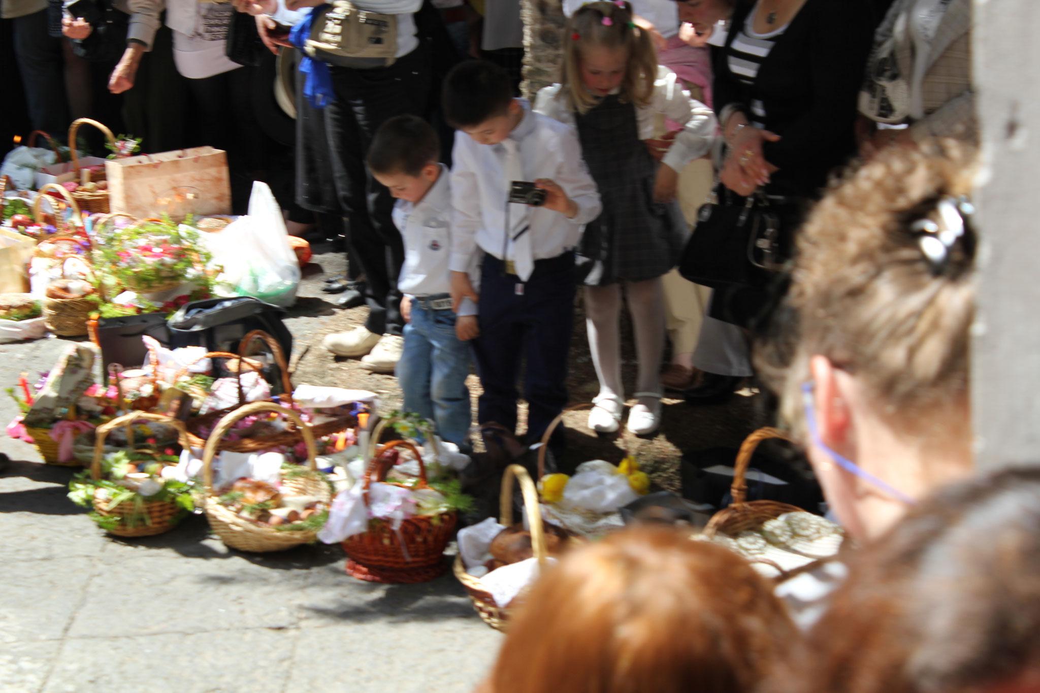 Im Vorhof einer Kirche trafen sich die Gläubigen mit Körben voll von Brot, Gemüse und Früchten.