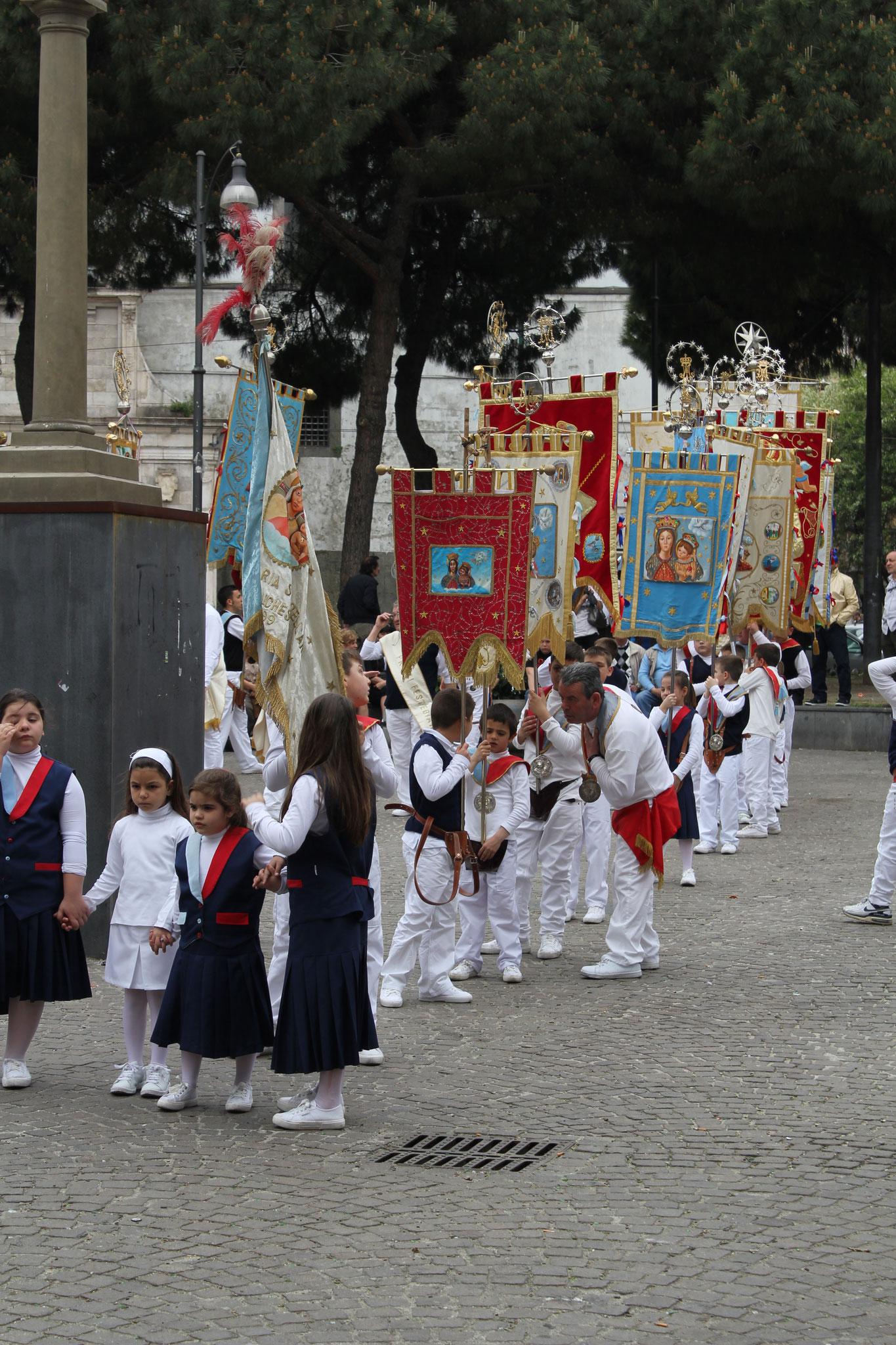 Treffen der Standartenträger auf einer Piazza in der Altstadt von Neapel