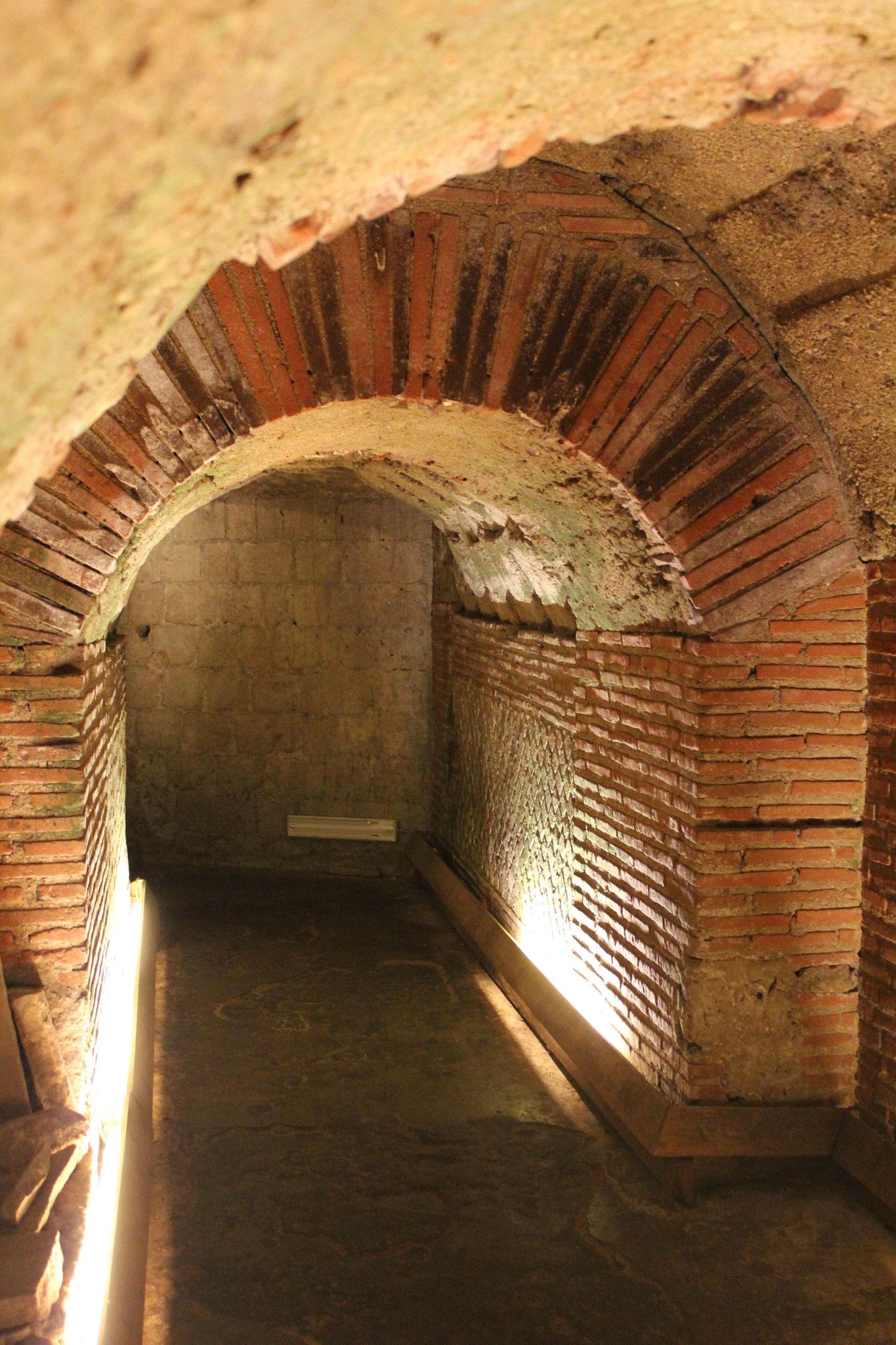 Gang des römischen Theaters, das man über eine Wohnung betritt.