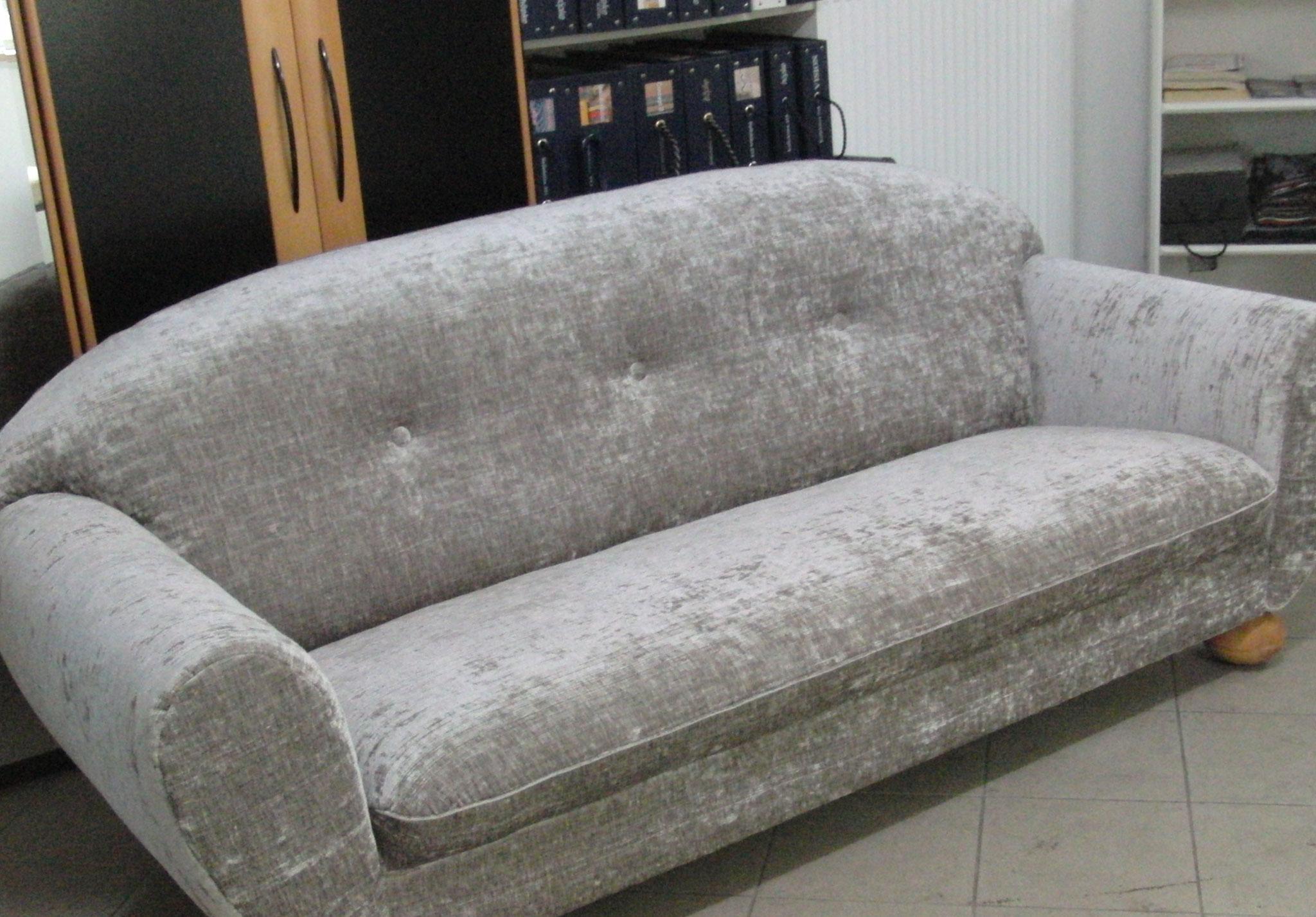 Sofa aufgepolstert und bezogen