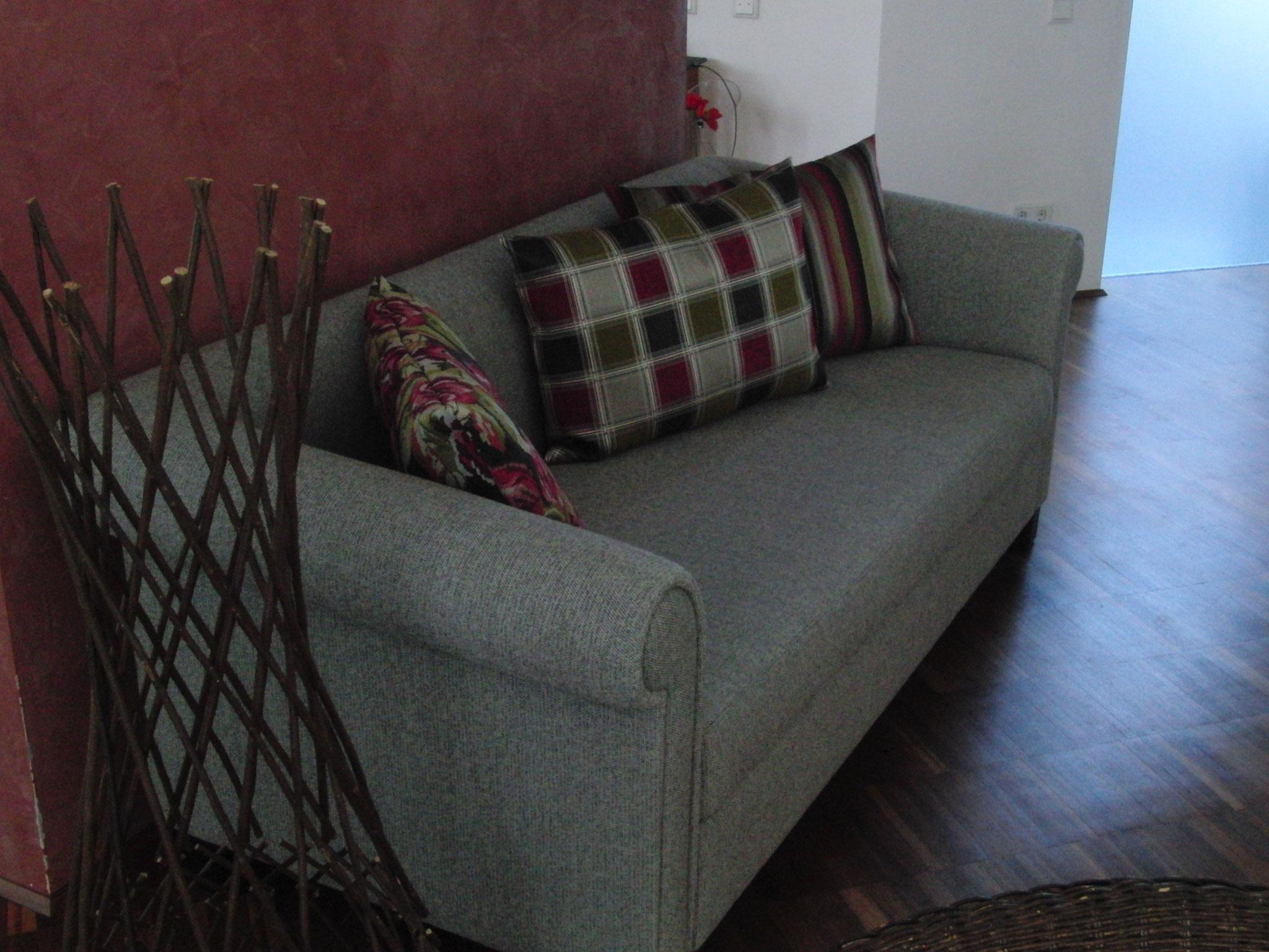 Wohnzimmer: 2 x Sofa neu aufgepolstert und bezogen inkl. neuer Kissen
