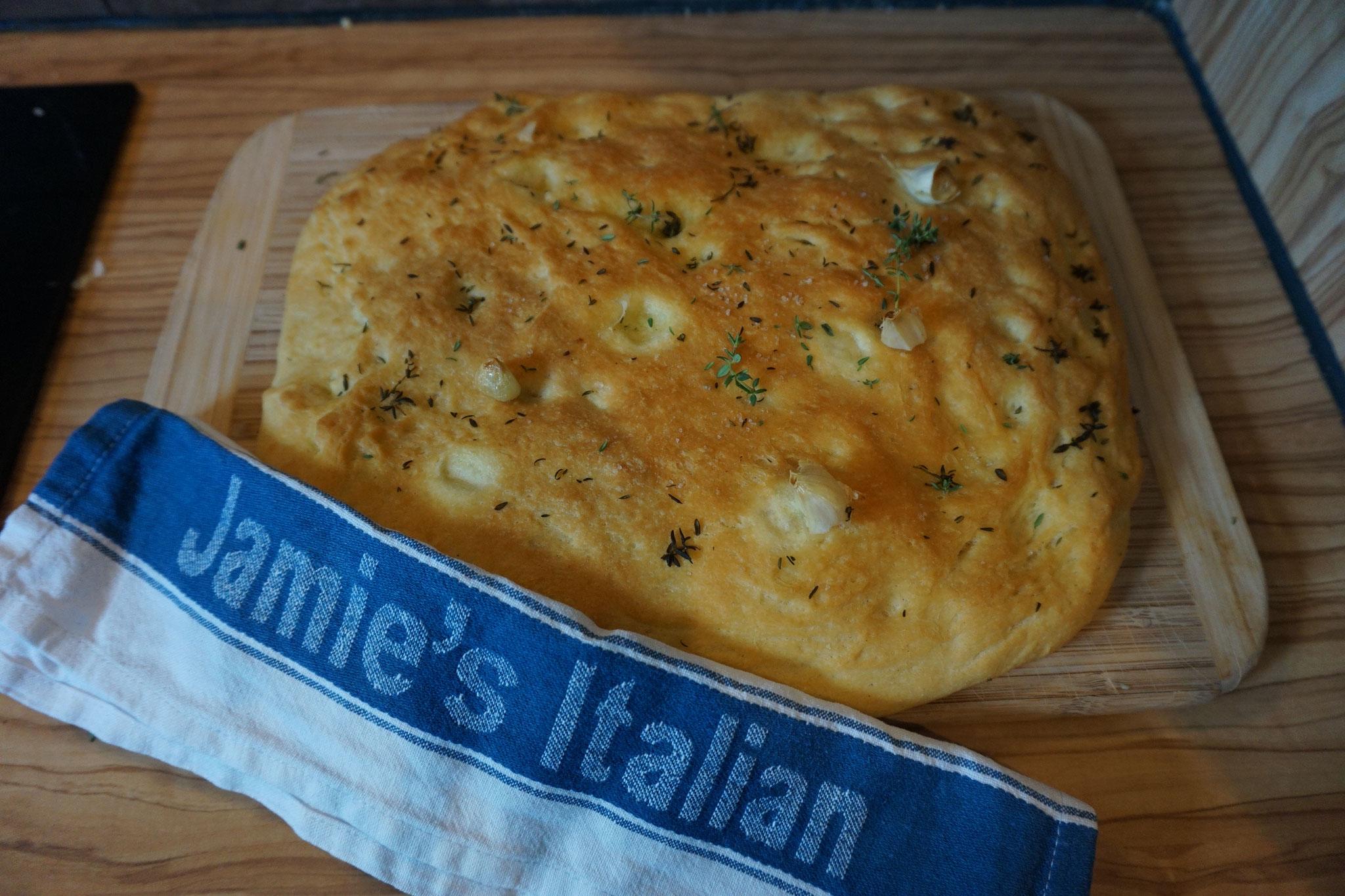 Bestes Focaccia Rezept nach Jamie Oliver mit Rosmarin und Olivenoel