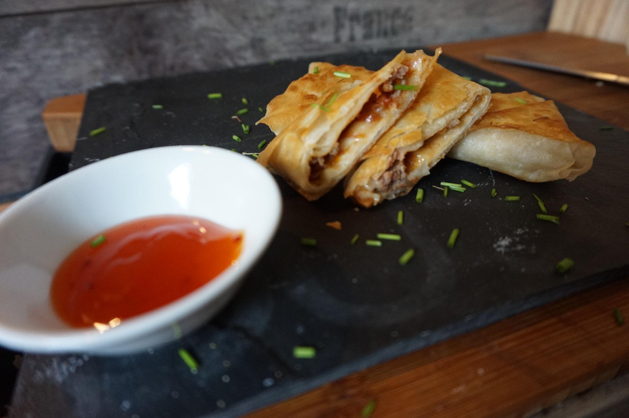 einfache Samosa Teigtaschen mit Chili con Carne