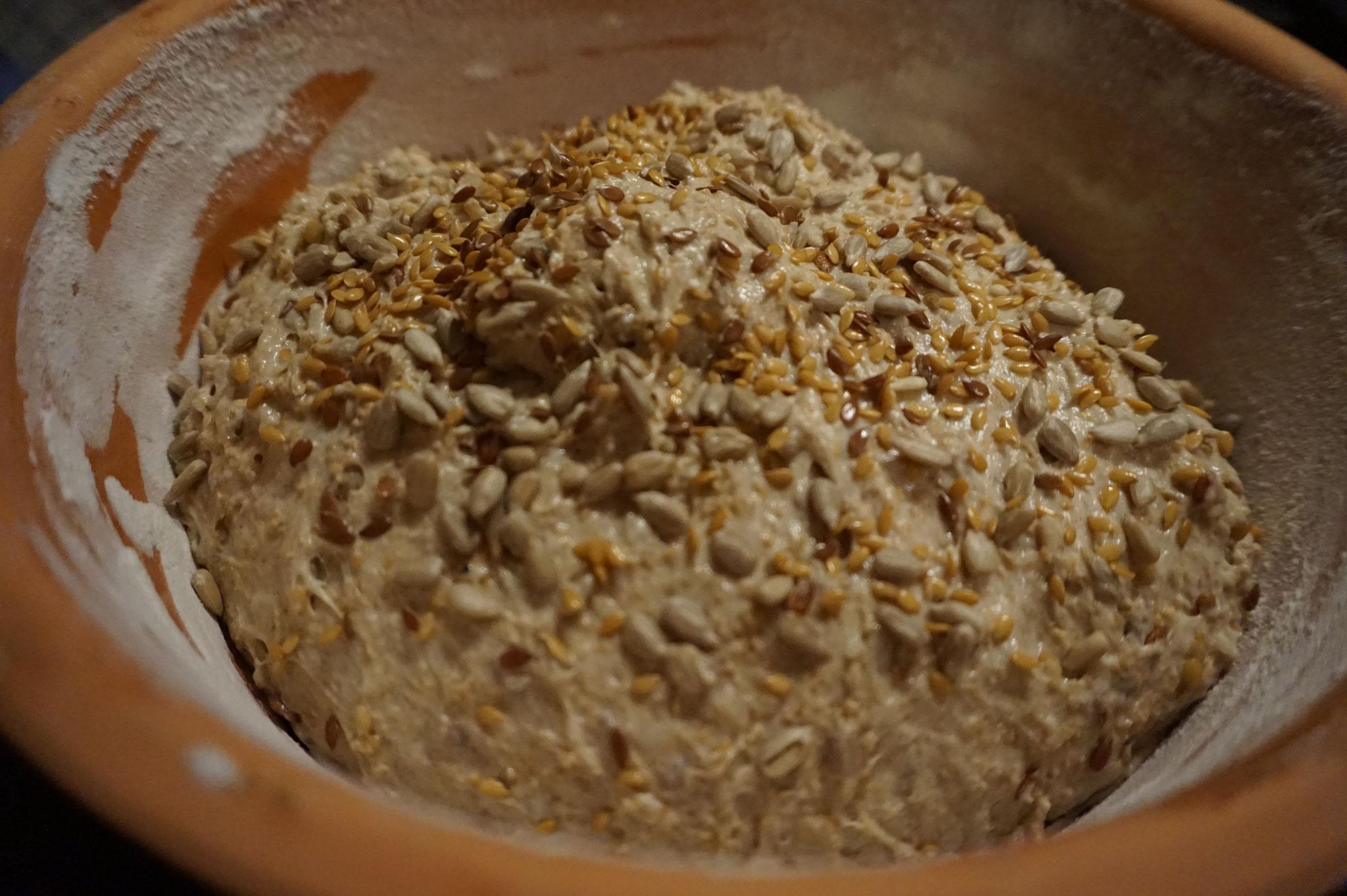 Knuspriges Saatenbrot aus Sauerteig und Roggenmehl - aus dem Roemertopf