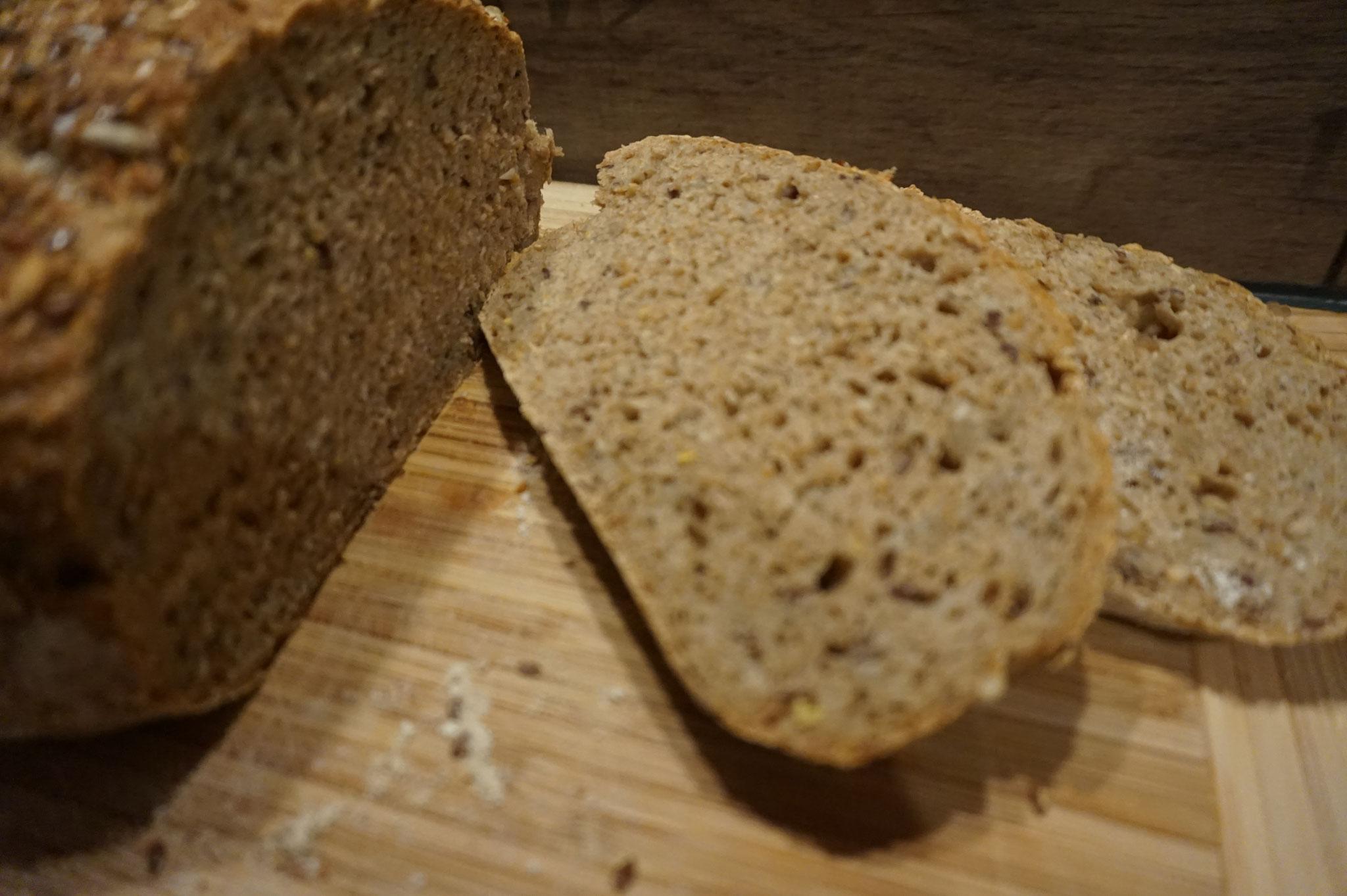 Knuspriges Saatenbrot aus Sauerteig und Roggenmehl