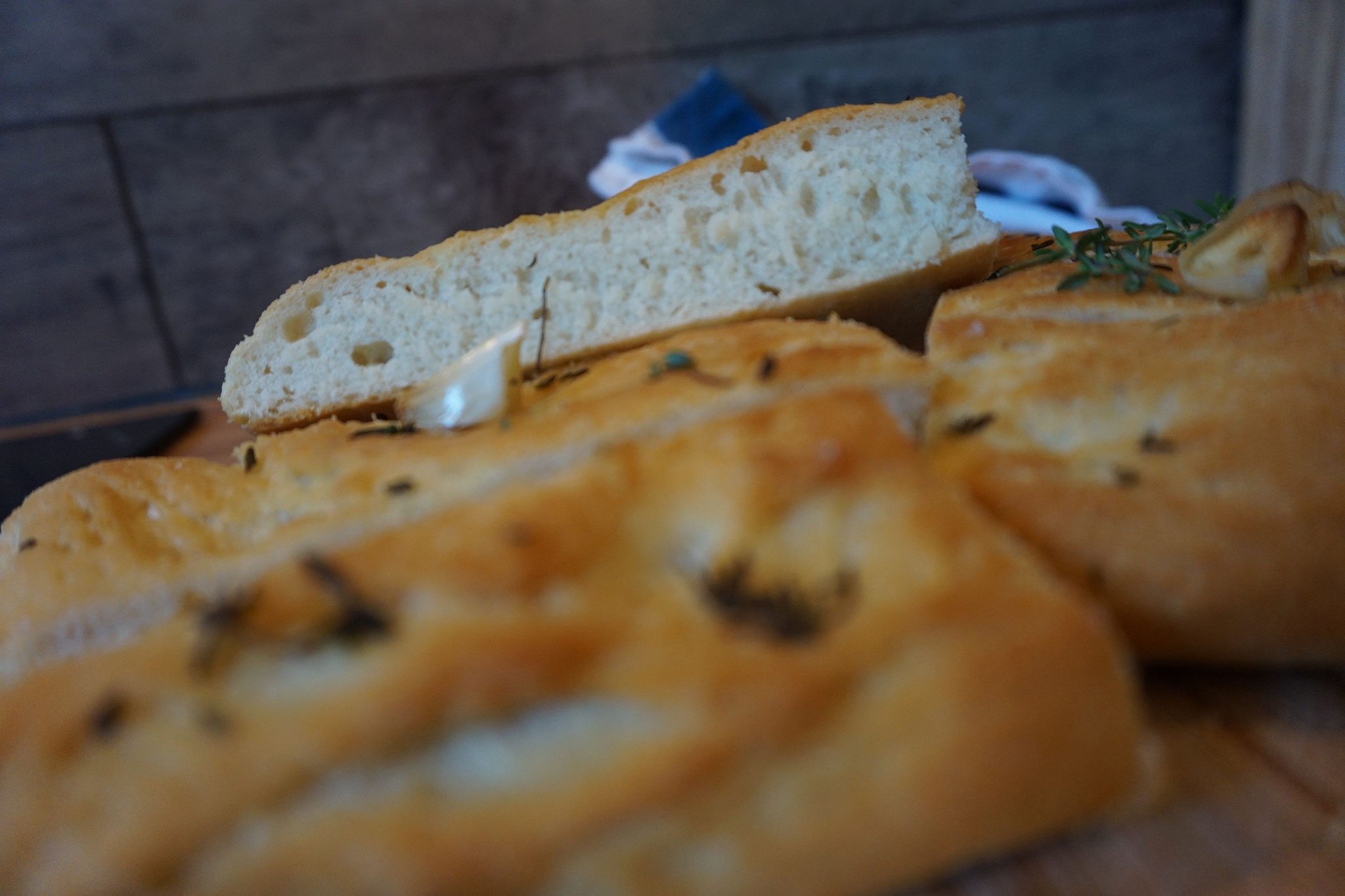 Bestes Focaccia Rezept nach Jamie Oliver. Focaccia mit Rosmarin und Olivenoel