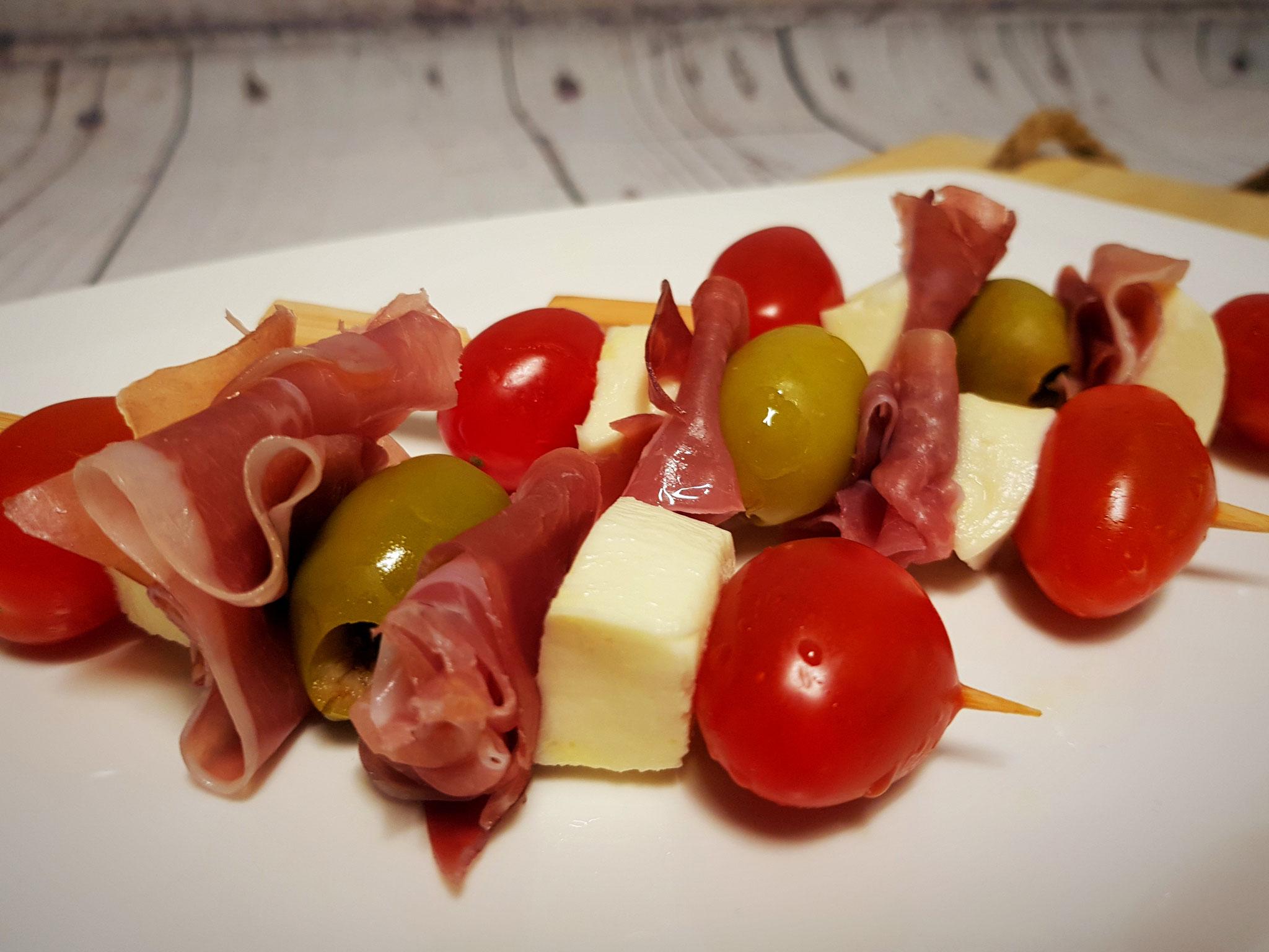 Spießchen mit Schinken, Tomate, Mozzarella und Oliven