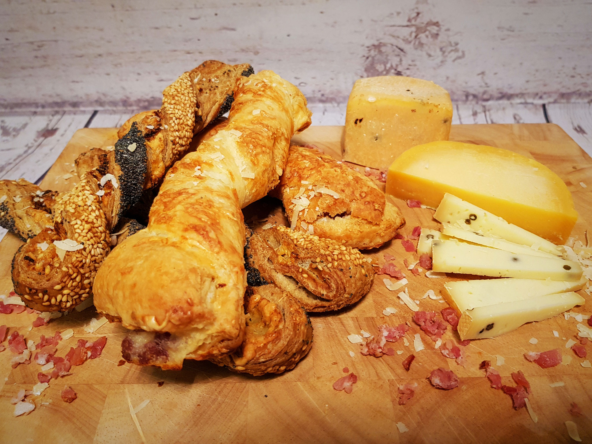 Käsestangen aus Blätterteig mit Schinken & Knusperstangen mit Sesam, Mohn und Schinken