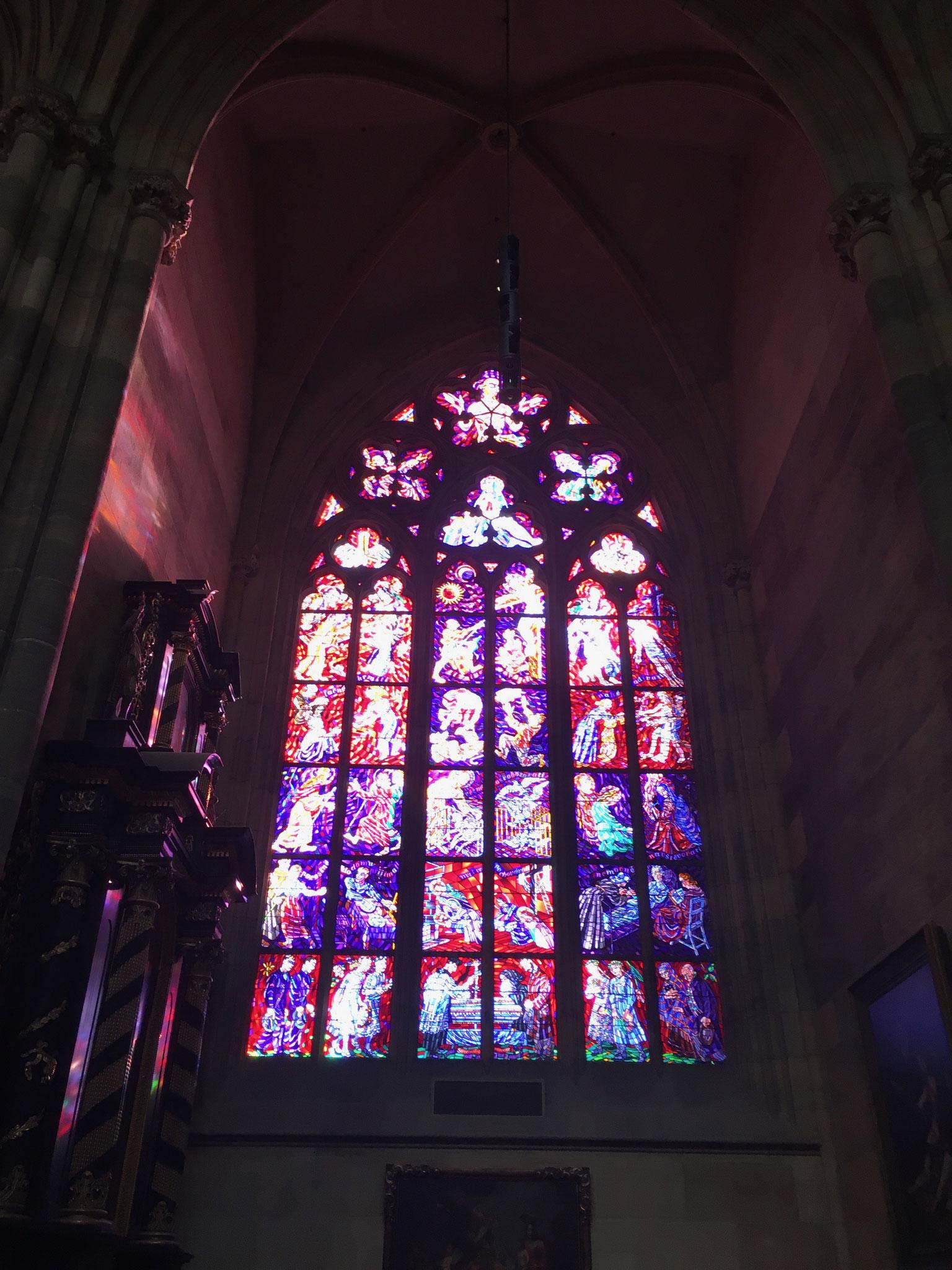 eines der vielen wunderschönen Glasfenster im Veits Dom