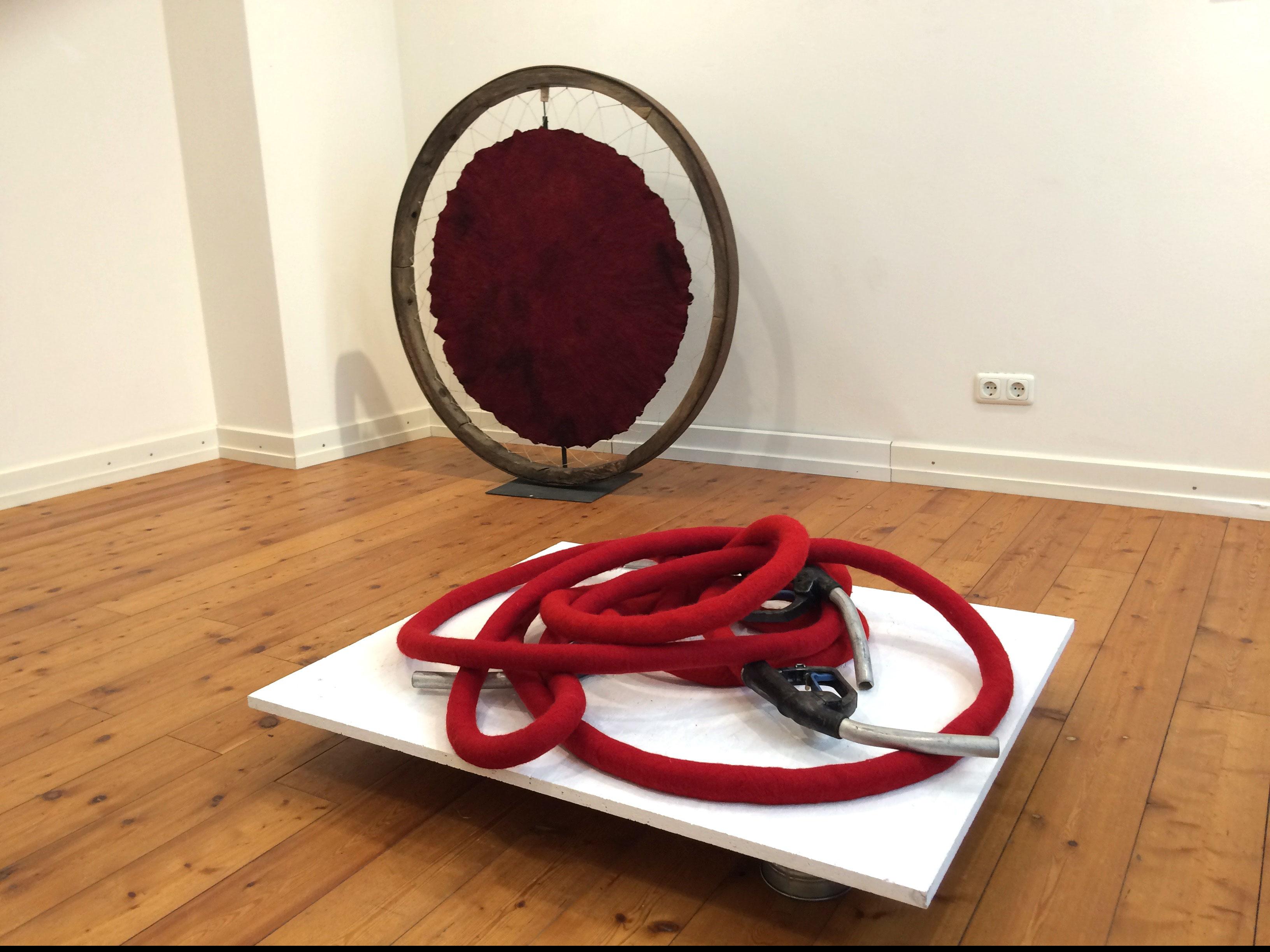 """""""Kraft-Rad"""" und """"Knotenpunkt"""" von Beate Lambrecht, beide Arbeiten handgefilzt aus Wolle. Foto: Manfred Etten"""