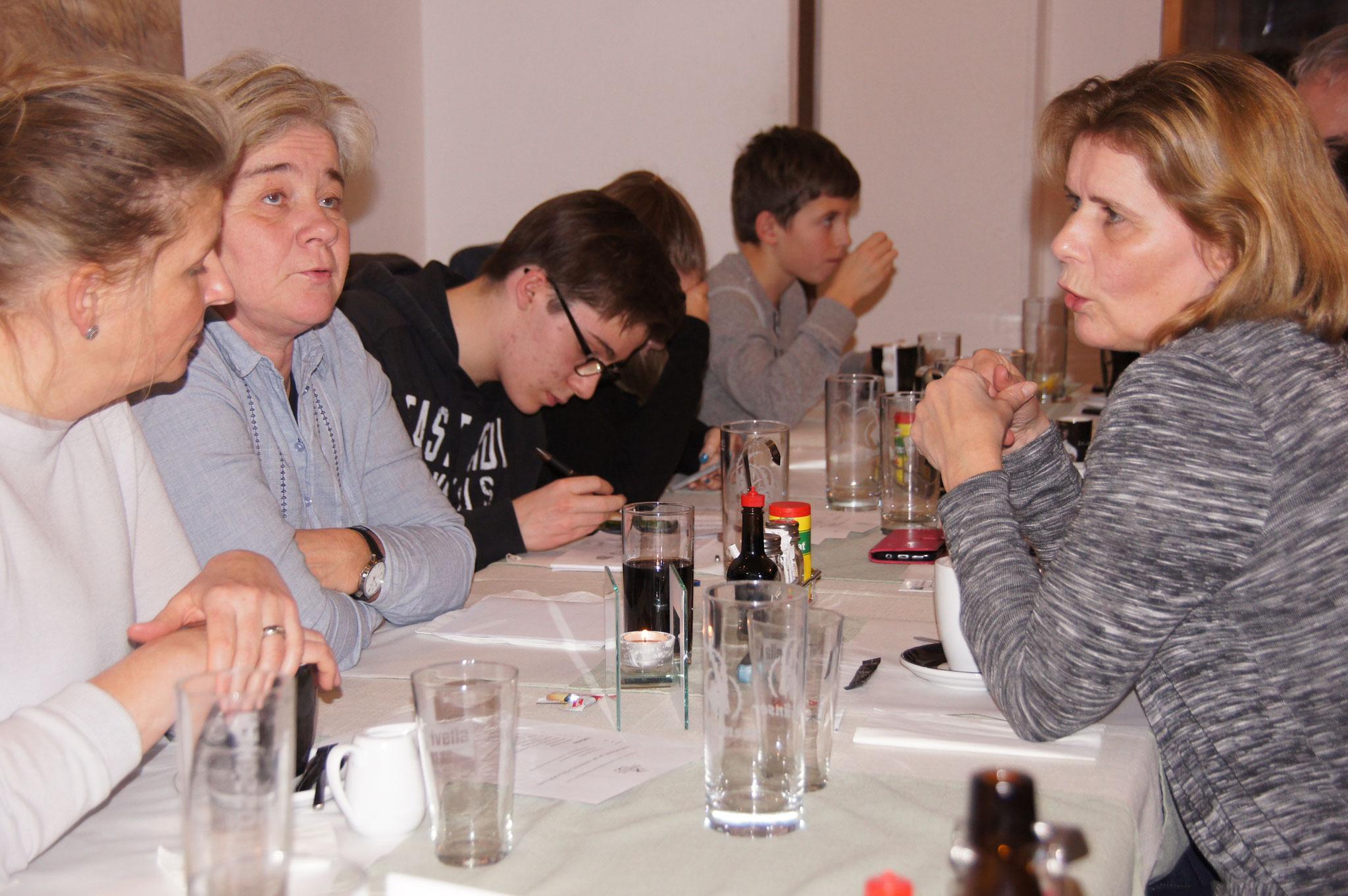 Eveline Keller, Muko-Präsidentin (r.) im Gespräch mit Heidi und Sabine