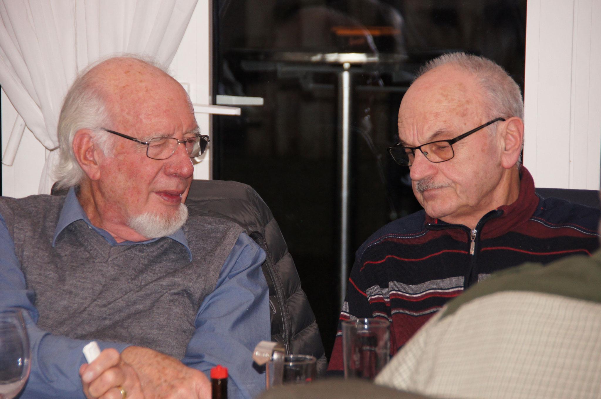 Die ältere Generation am Fachsimpeln: Hans Frei (l.) und Markus Häusermann, Revisor (r.)