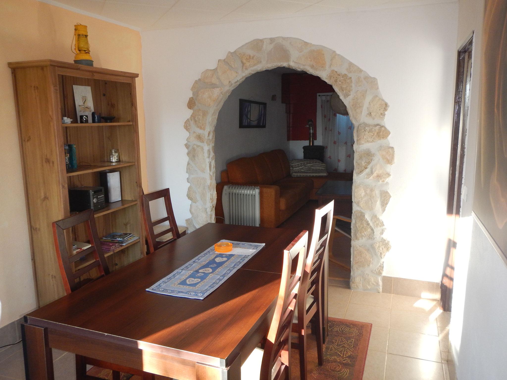 Das Esszimmer vom Casa Familia mit Blick ins Wohnzimmer
