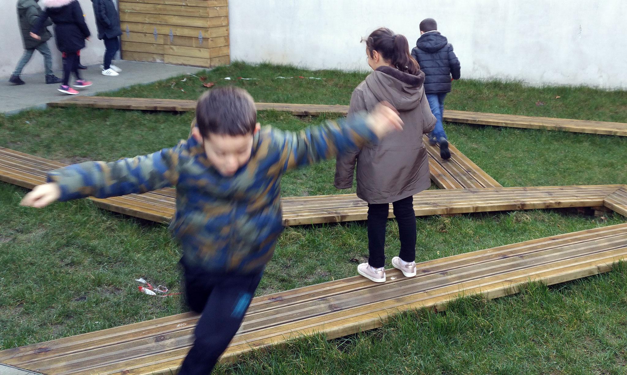 """Les enfants de l'école Turgot jouent dans le """"labyrinthe"""" (bientôt agrémenté d'arbustes)"""
