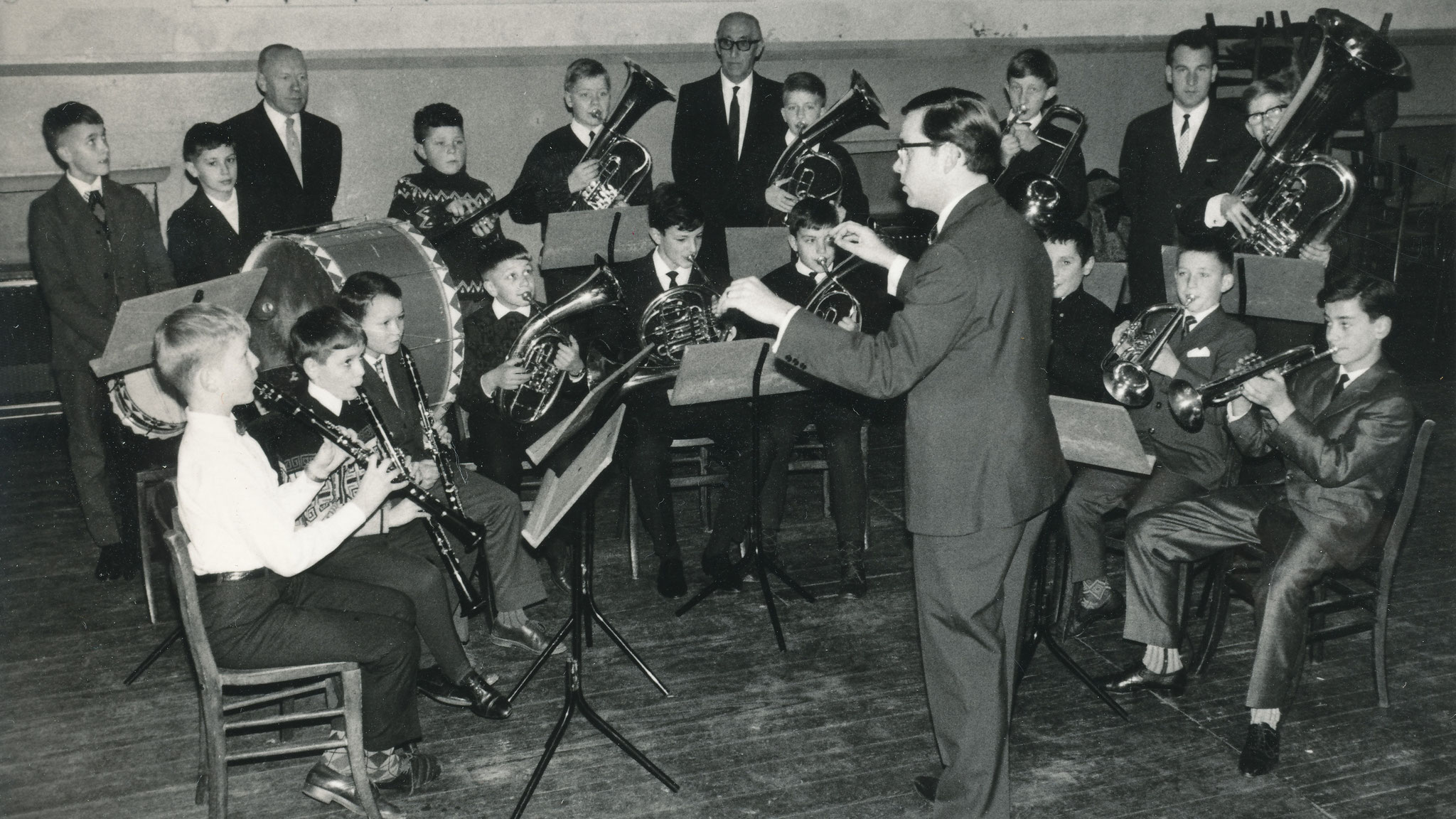 Das im Mai 1965 ins Leben gerufene Jugendorchester (Gisbert Stenz bei einer Orchesterprobe/Der junge Nachwuchs)