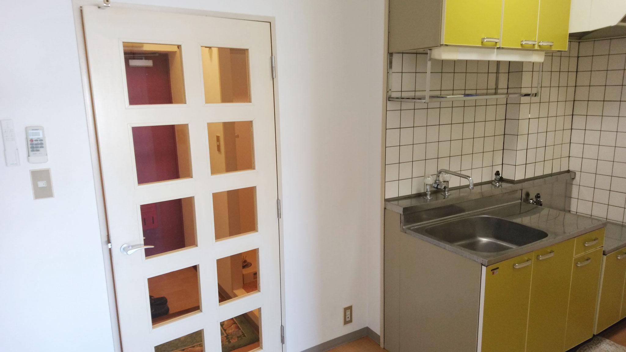 玄関とキッチンはドアで仕切られています。