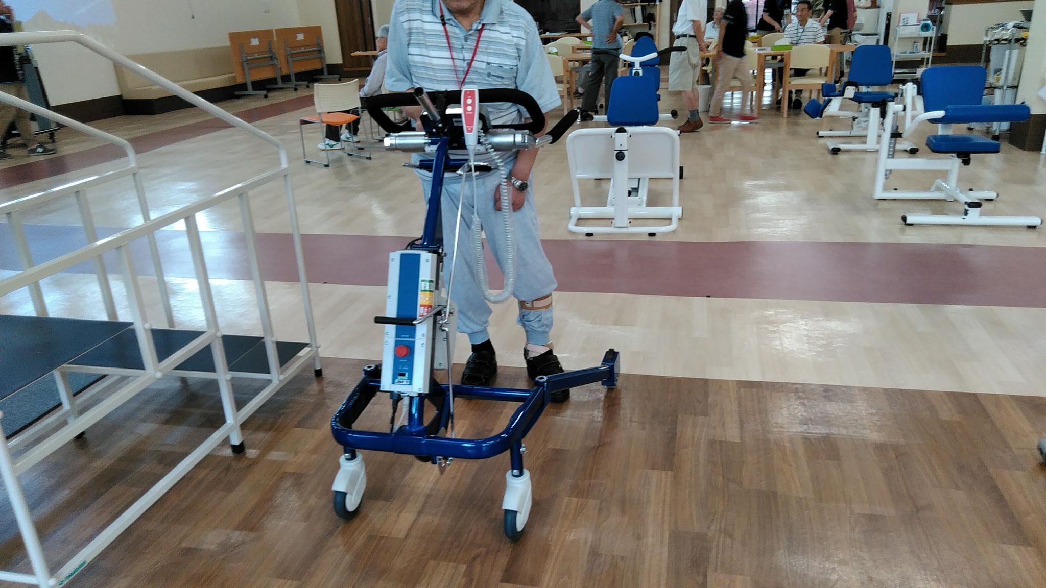 立って歩くのが難しい方用のマシンも!