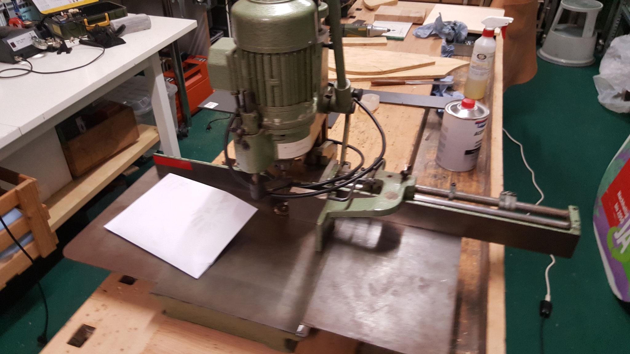 Lochbohrmaschine für Papier repariert