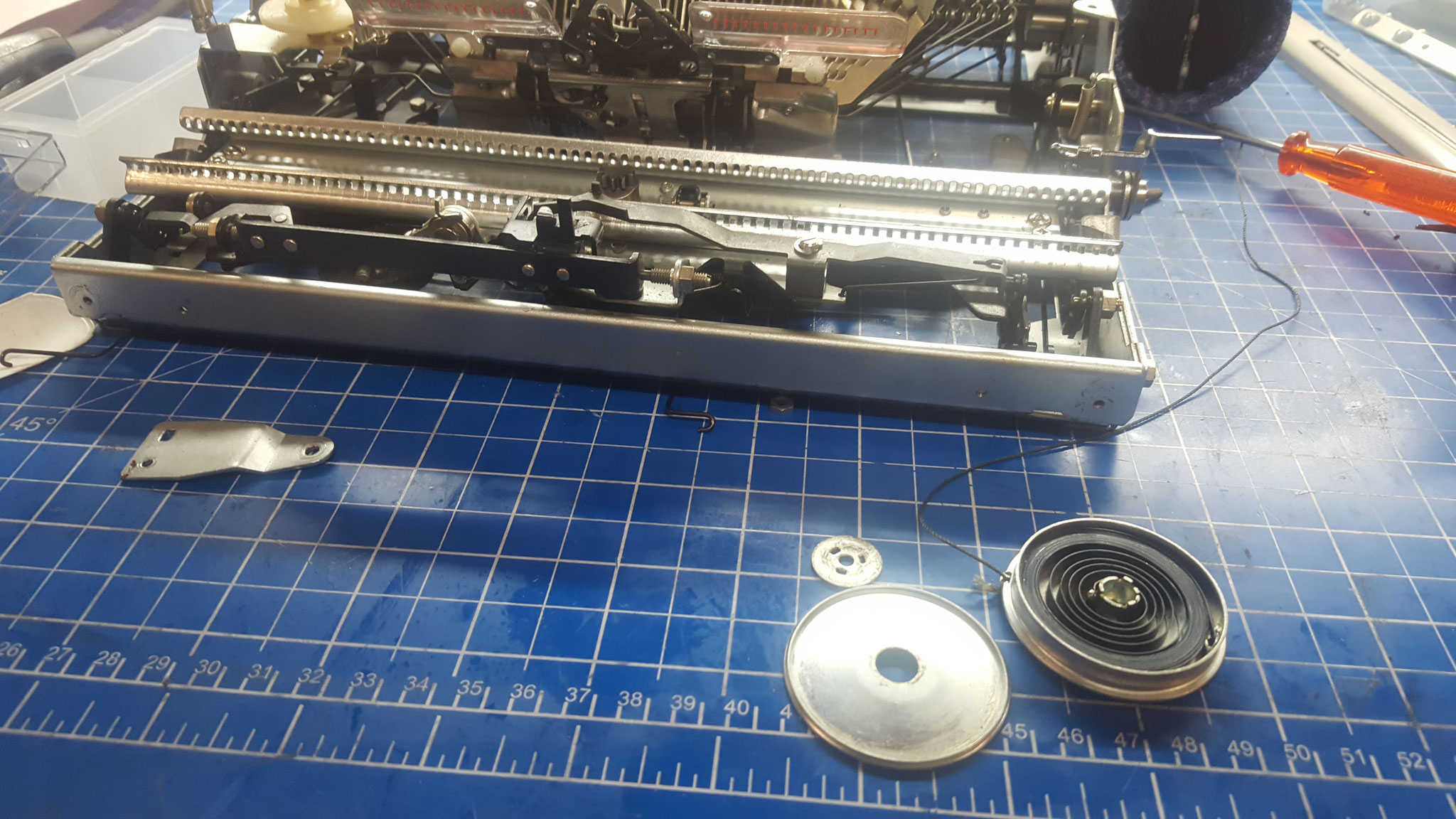 Wagenrückholspule an Schreibmaschine repariert