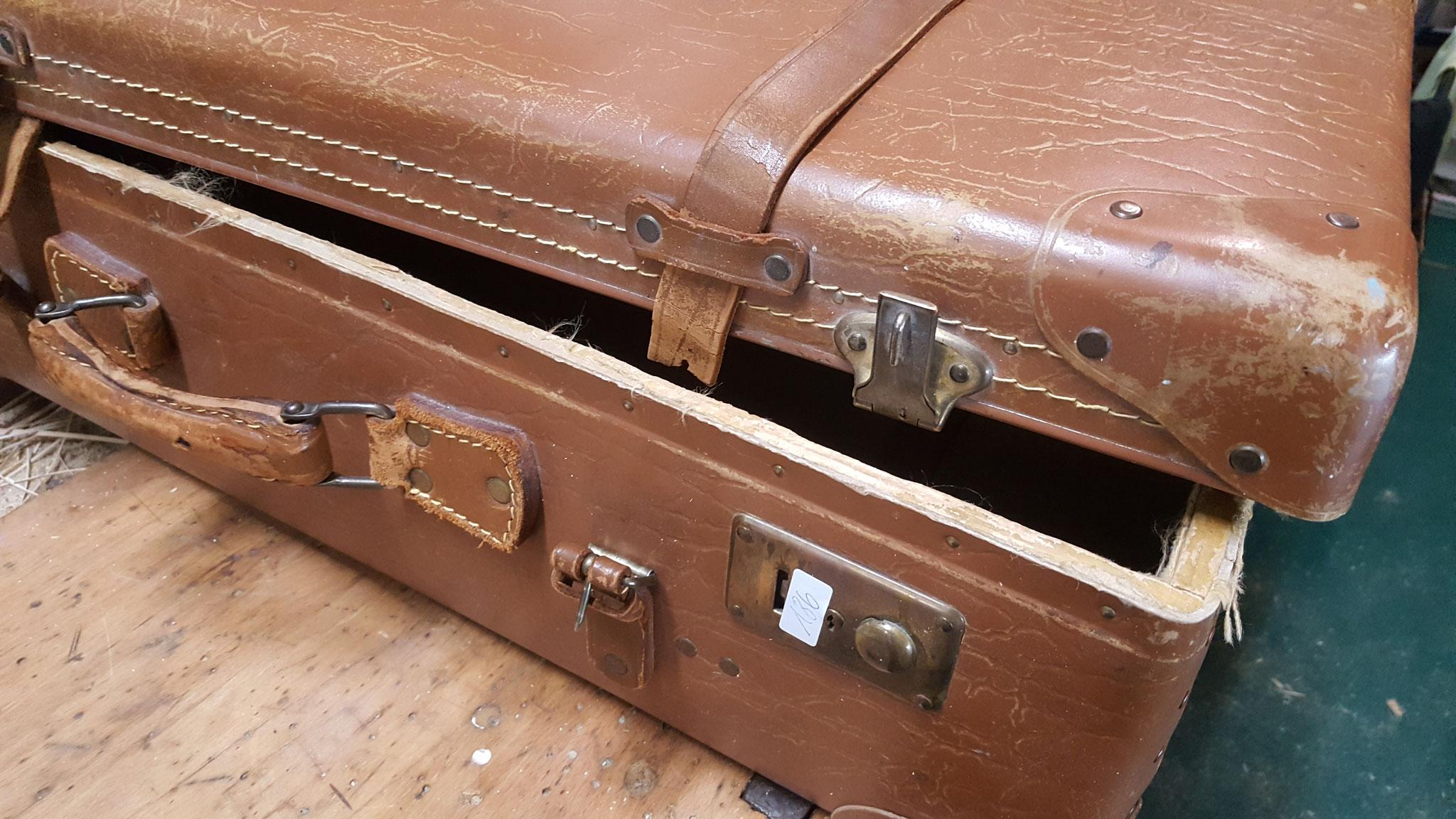Antiker Koffer reparieren