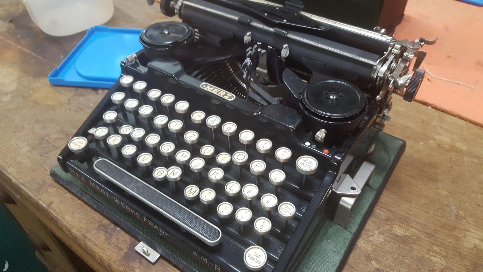 Tasten klemmen, da Schreibmaschine schmutzig ist.