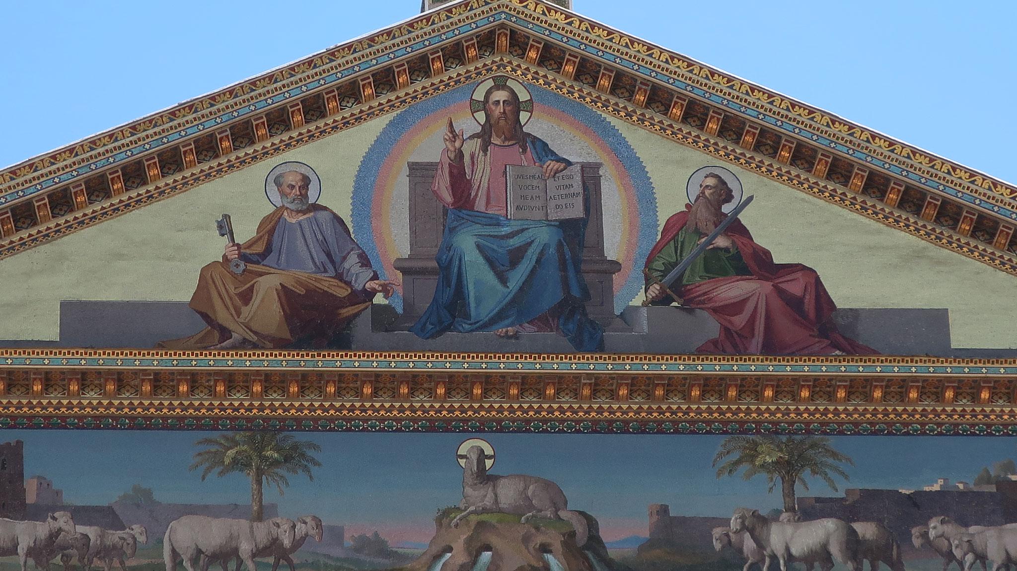 左から聖ペトロ、イエス・キリスト、聖パウロ