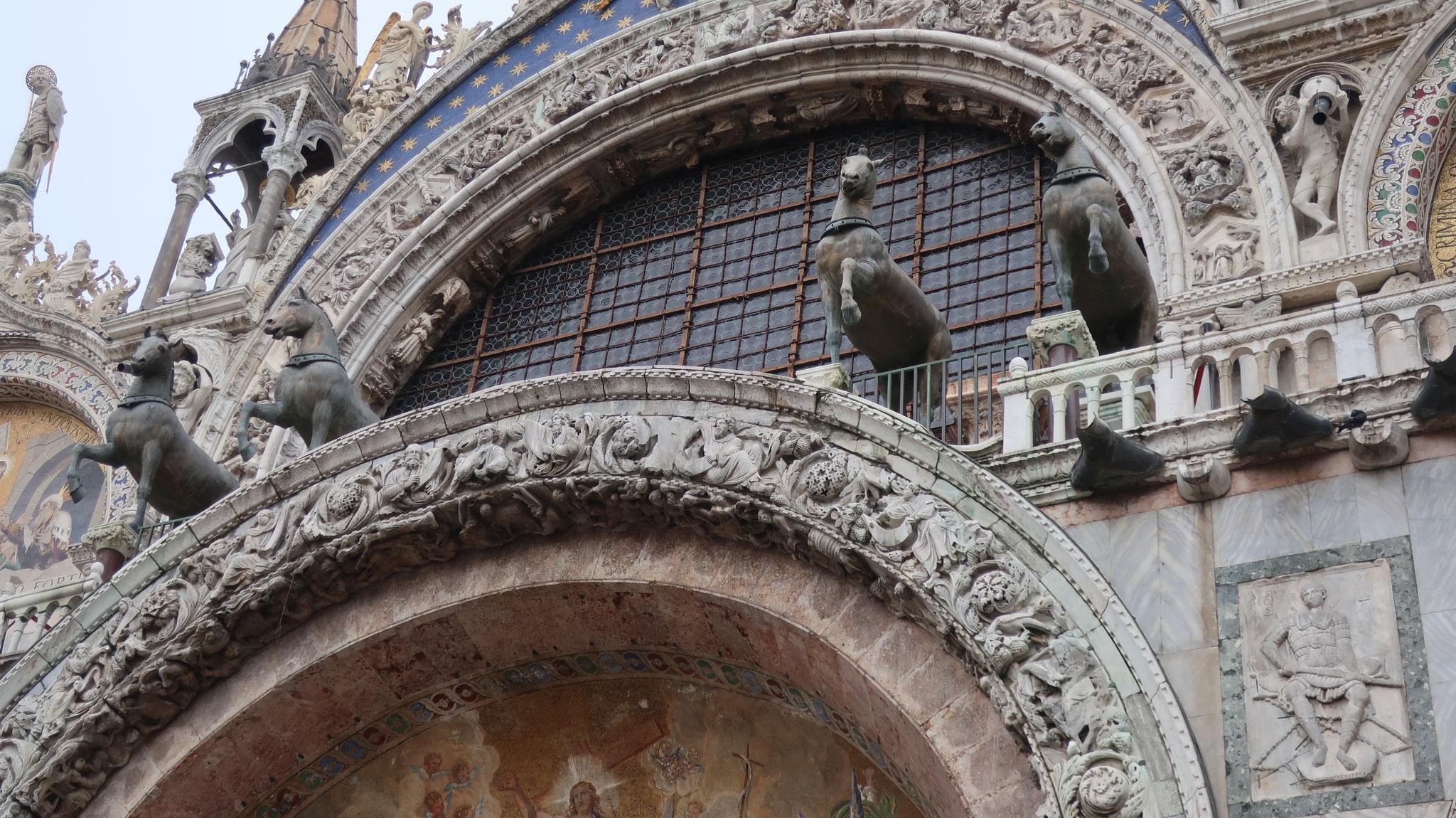 ブロンズ製の4頭の馬。紀元前4世紀、ギリシャの聖地デルフィの神殿に奉納品として送られた物。700年後、コンスタンティヌス大帝が東ローマ帝国(ビザンツ帝国)の新しい都コンスタンティノープル(現在のイスタンブール)に持ち去りました。さらに、900年後の13世紀、ヴェネツィア総督ダンドロが率いる第四回十字軍がビザンツ帝国を倒し、コンスタンティノープルを占領した際の戦利品として、ヴェネツィアに持ち帰りました。