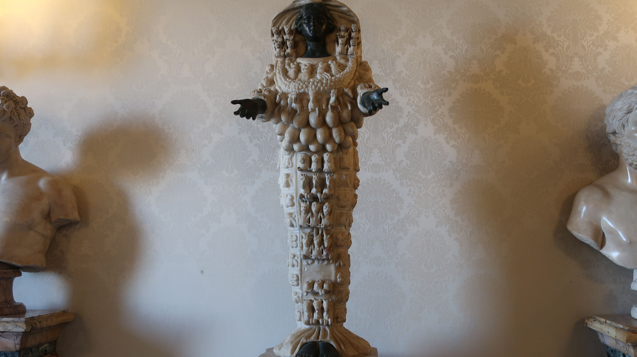 たくさんの乳房を持つ豊穣の女神アルテミス