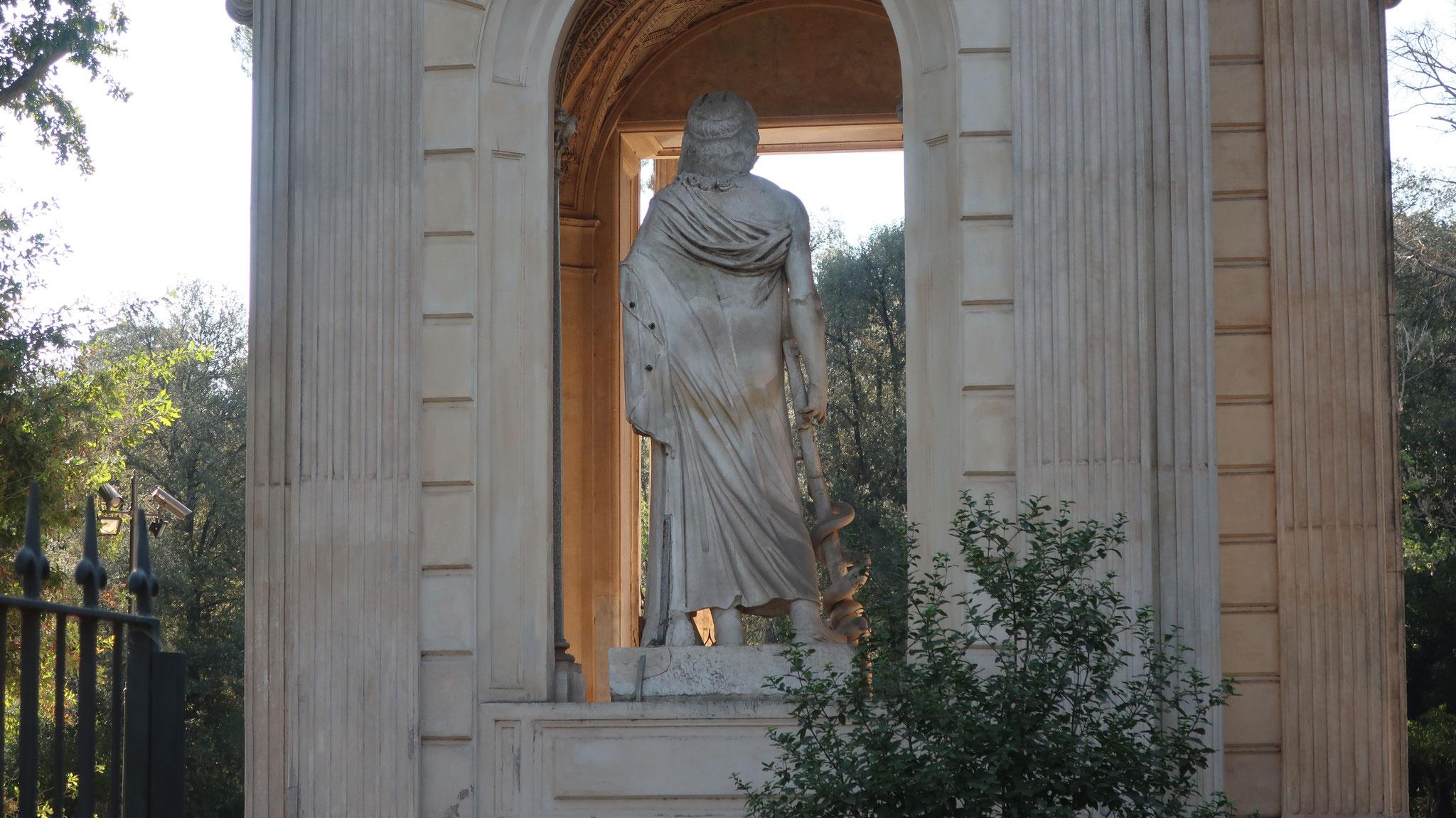 医神アスクレピオス像(背部)