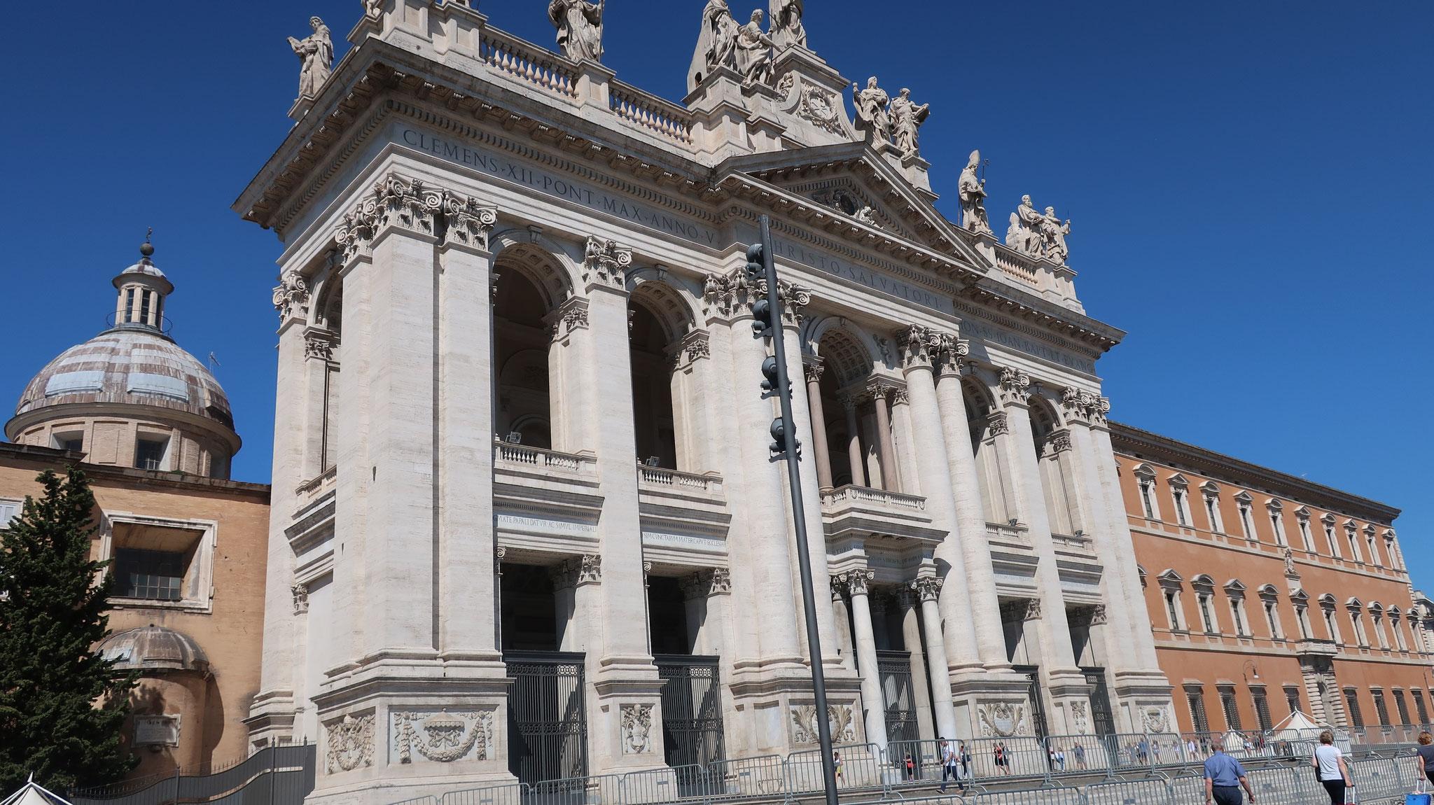 サン・ジョヴァンニ・イン・ラテラーノ大聖堂。4世紀に初めてキリスト教を公認したコンスタンティヌス大帝が創建。ローマの4大聖堂のうち最古です。
