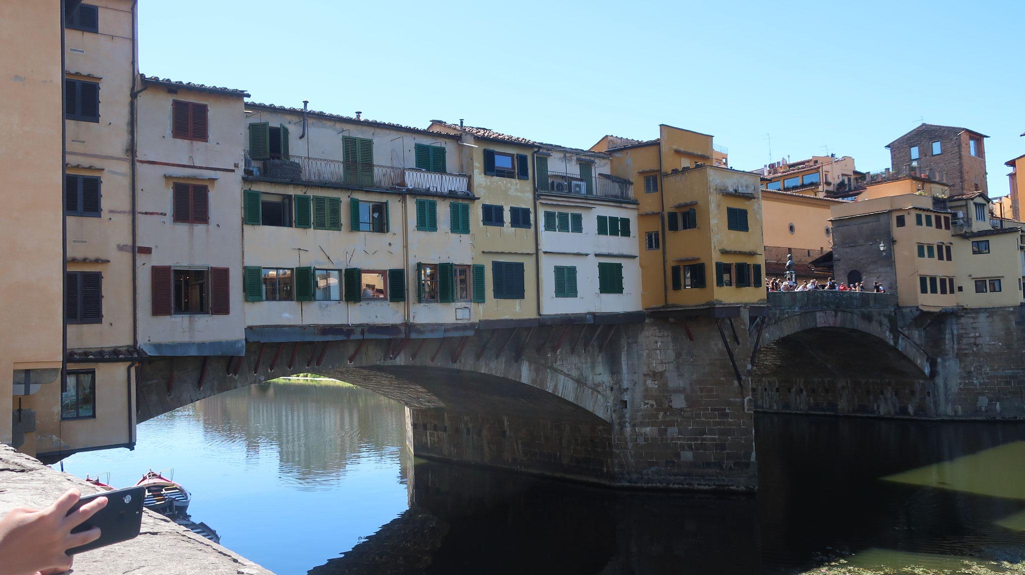 ヴェッキオ橋。メディチ家のフェルディナンド1世は、16世紀、橋の上に軒を連ねていた肉屋を立ち退かせ、宮殿周辺にふさわしい貴金属店や宝石店を集めました。