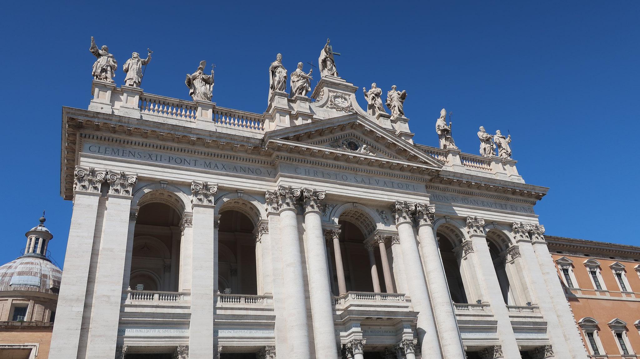 正面上部には高さ6mもあるキリストと聖人の像が並びます。
