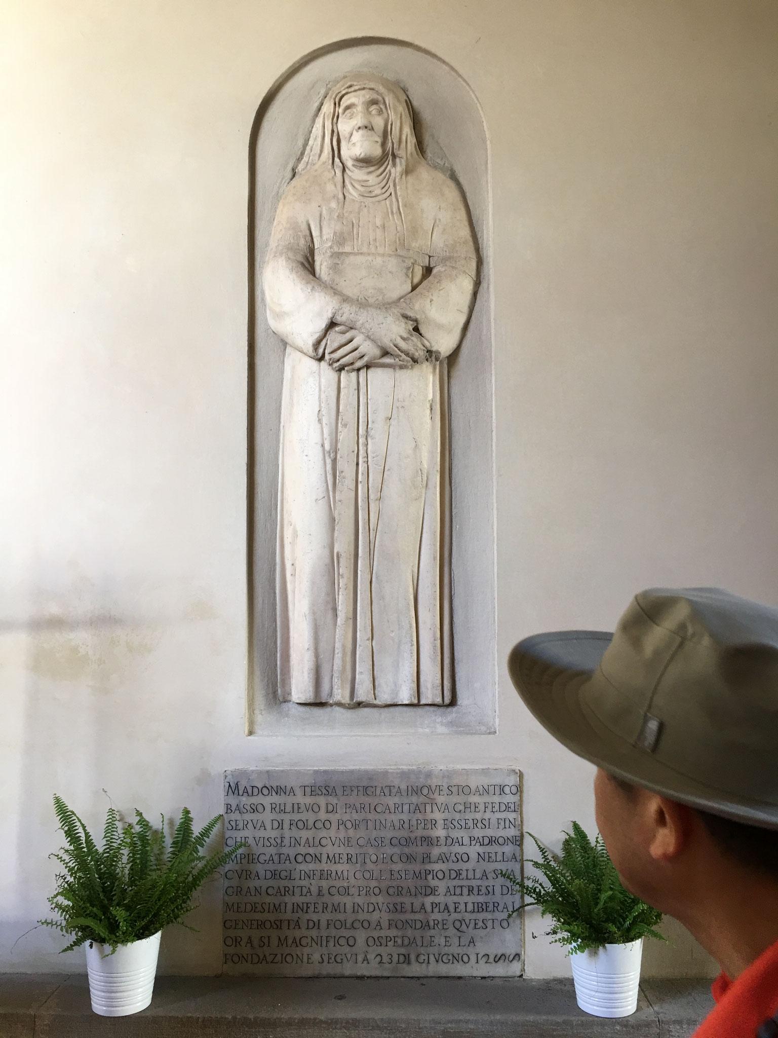 家政婦モンナ・テッサの墓。「神曲」を書いた詩人ダンテが愛した女性ベアトリーチェの父親、フォルコ・ポルティナーリが、家政婦に説得されて、13世紀に病院を創立しました。
