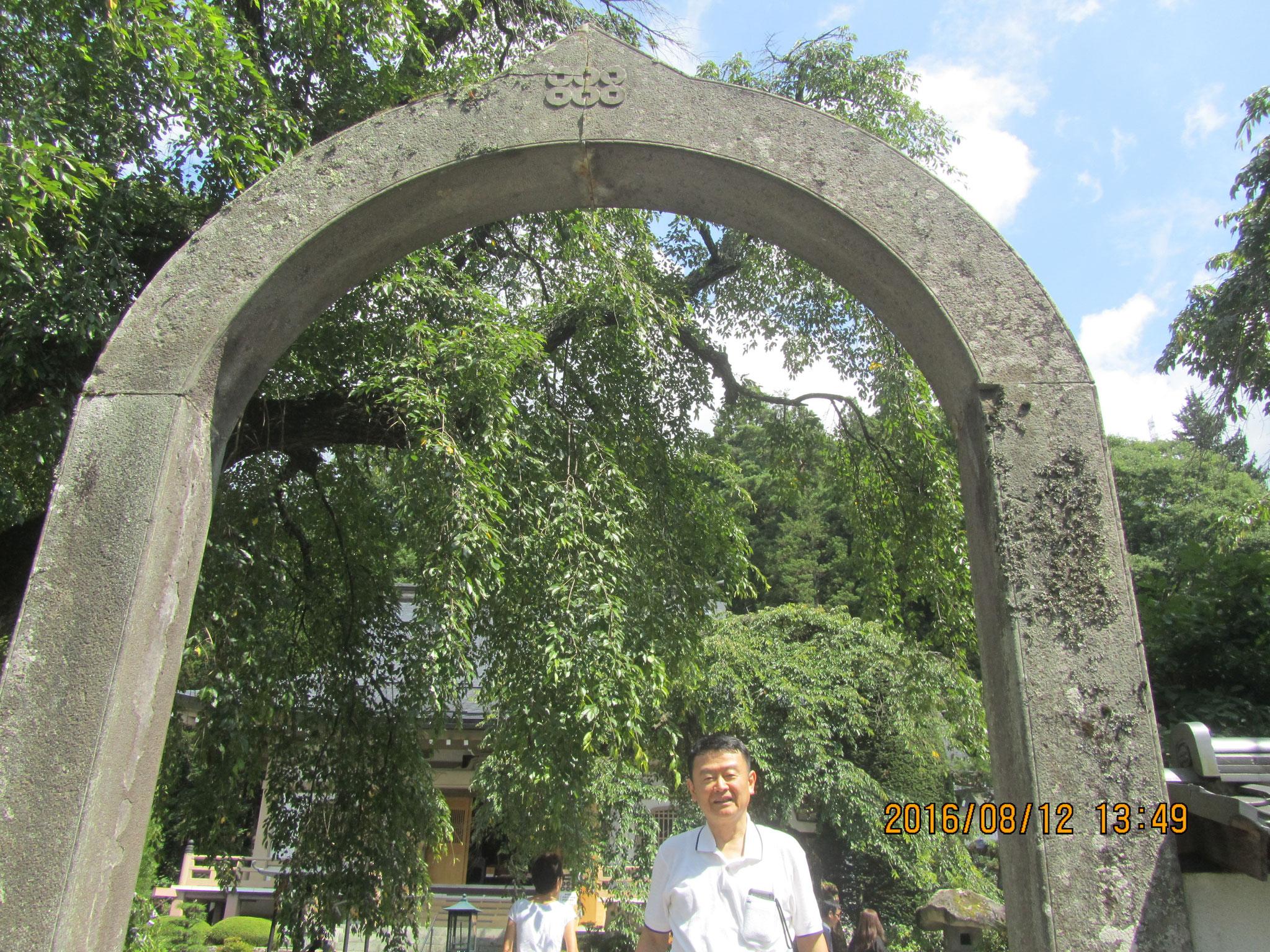 長谷寺(ちょうこくじ)。真田家の菩提寺です。アーチ型の石門は創建当時の物で、上部に刻まれた六文銭は真田家の矜持(きょうじ)を示しています。