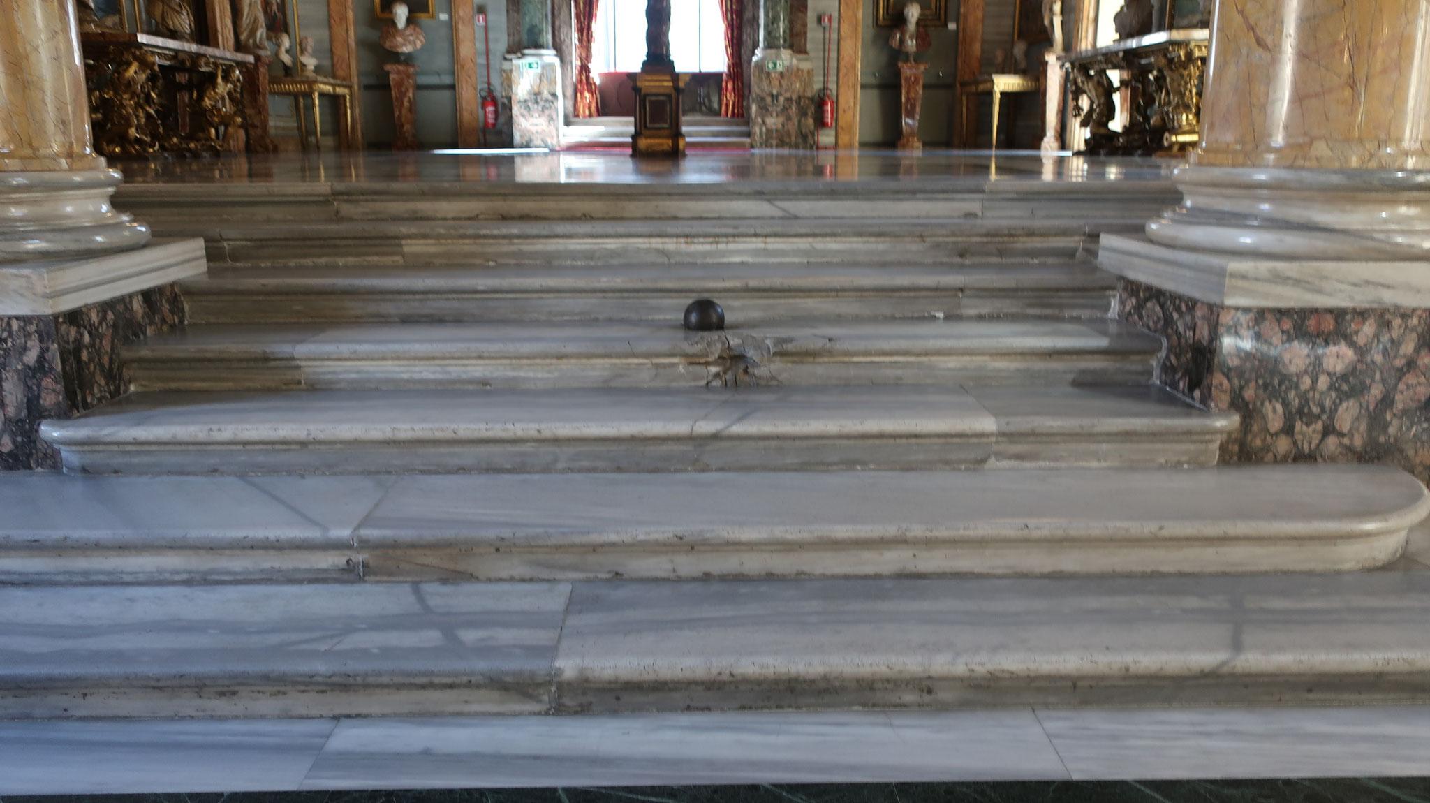 ナポレオン3世(ナポレオンの甥)がローマを侵攻した際、打ち込んだ大砲が宮殿を直撃し、この階段に落ちました。