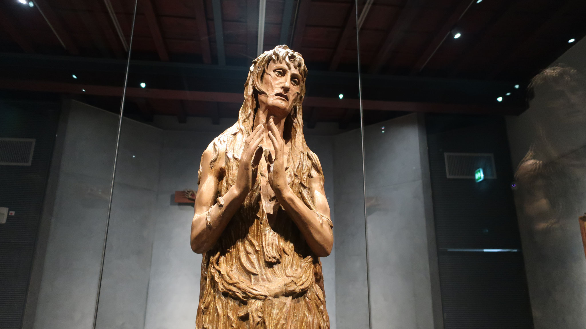 金持ちに生まれ、美貌と富ゆえに快楽に溺れましたが、後にイエス・キリストに出会い改心しました。 イエスの磔(はりつけ)を見守り、十字架から降ろされたイエスの足に涙を落し、自らの髪で拭い、香油を塗りました。 晩年は、洞窟で極貧・懺悔の日々を送りました。