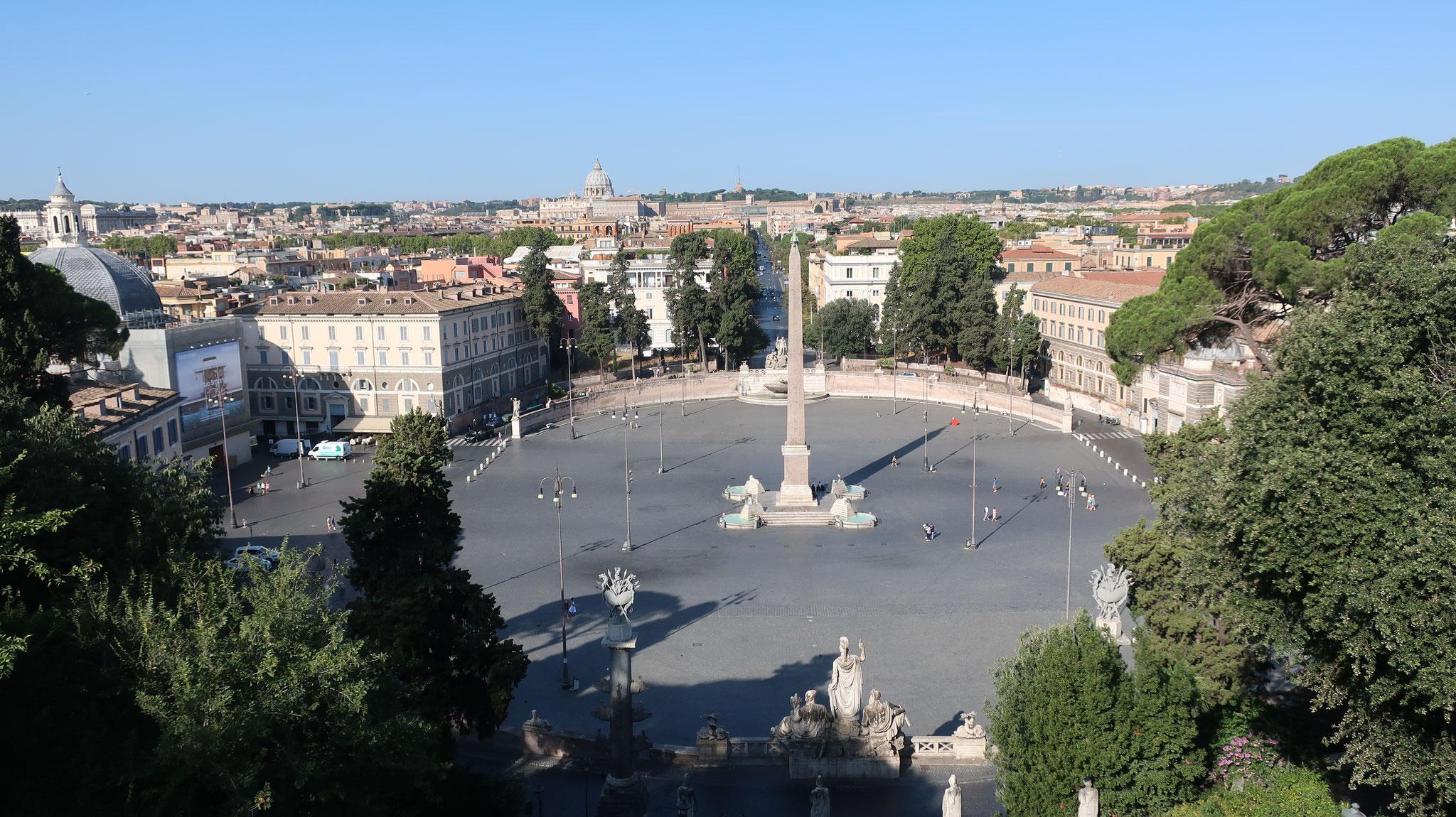 ピンチョの丘からポポロ広場を見下ろします。遠くにサン・ピエトロ大聖堂のクーポラが見えます。
