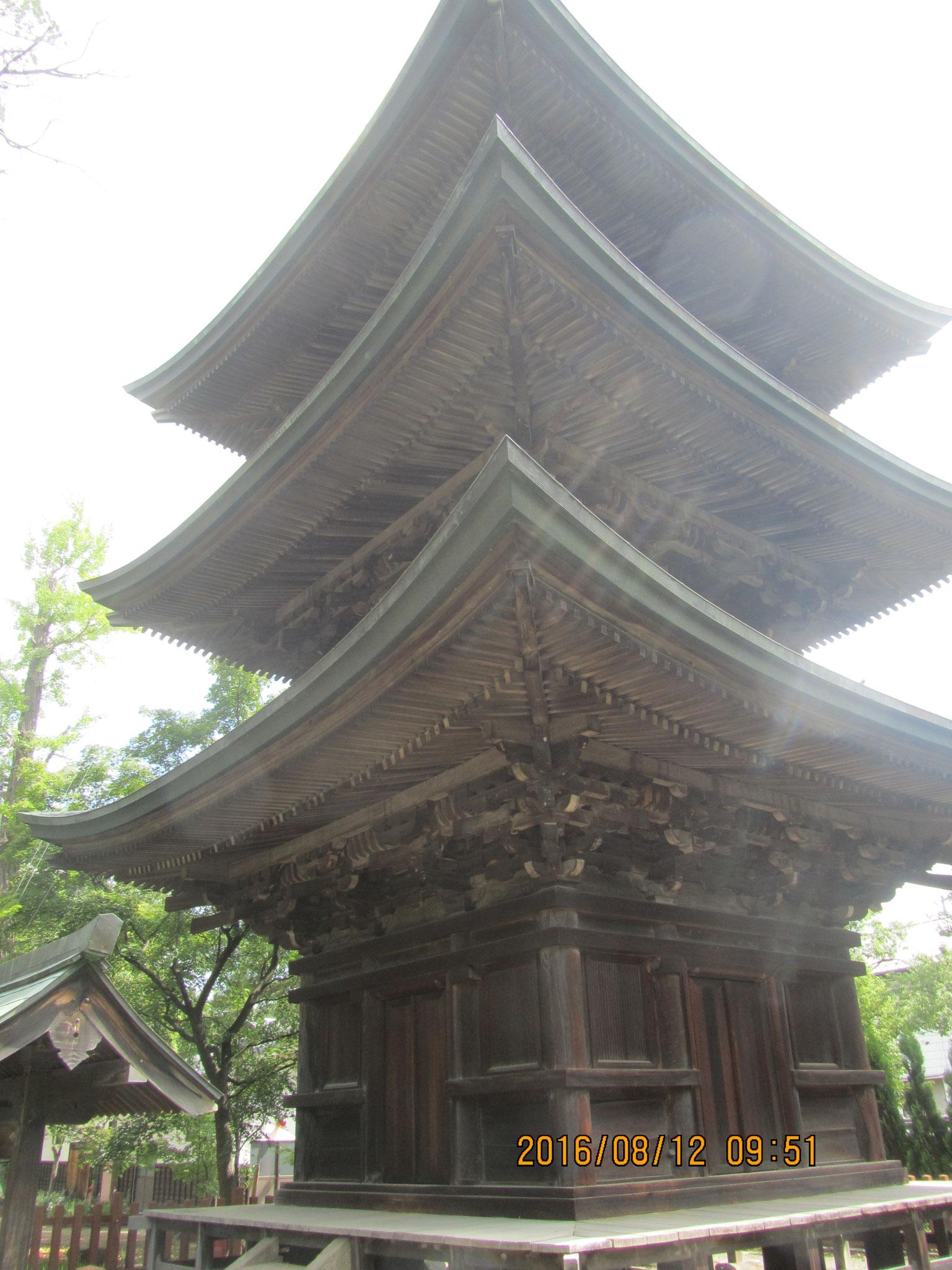 境内の三重塔は国の重要文化財です。