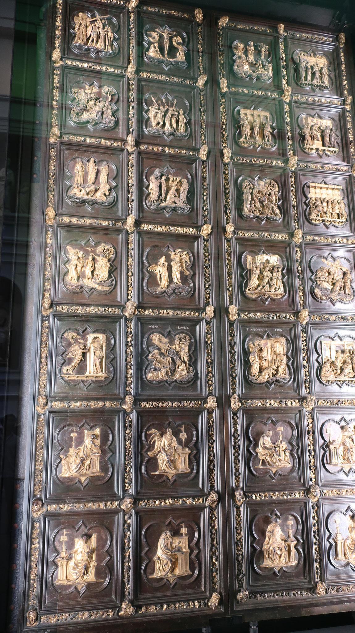 競作でギベルティの「天国の門」に敗れたブルネッレスキの扉。 ゴシック式の枠に囲まれた28枚のパネルから成り、新約聖書に基づく「キリストの生涯」と「諸聖人像」です。