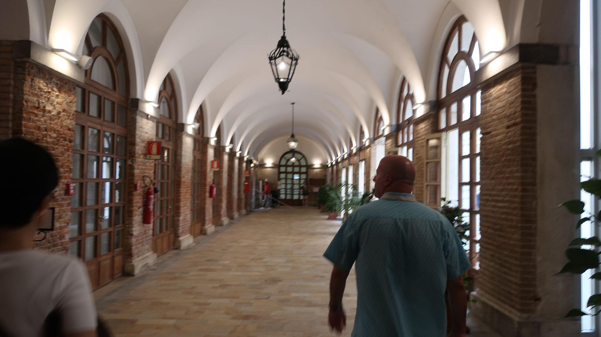 院内の廊下