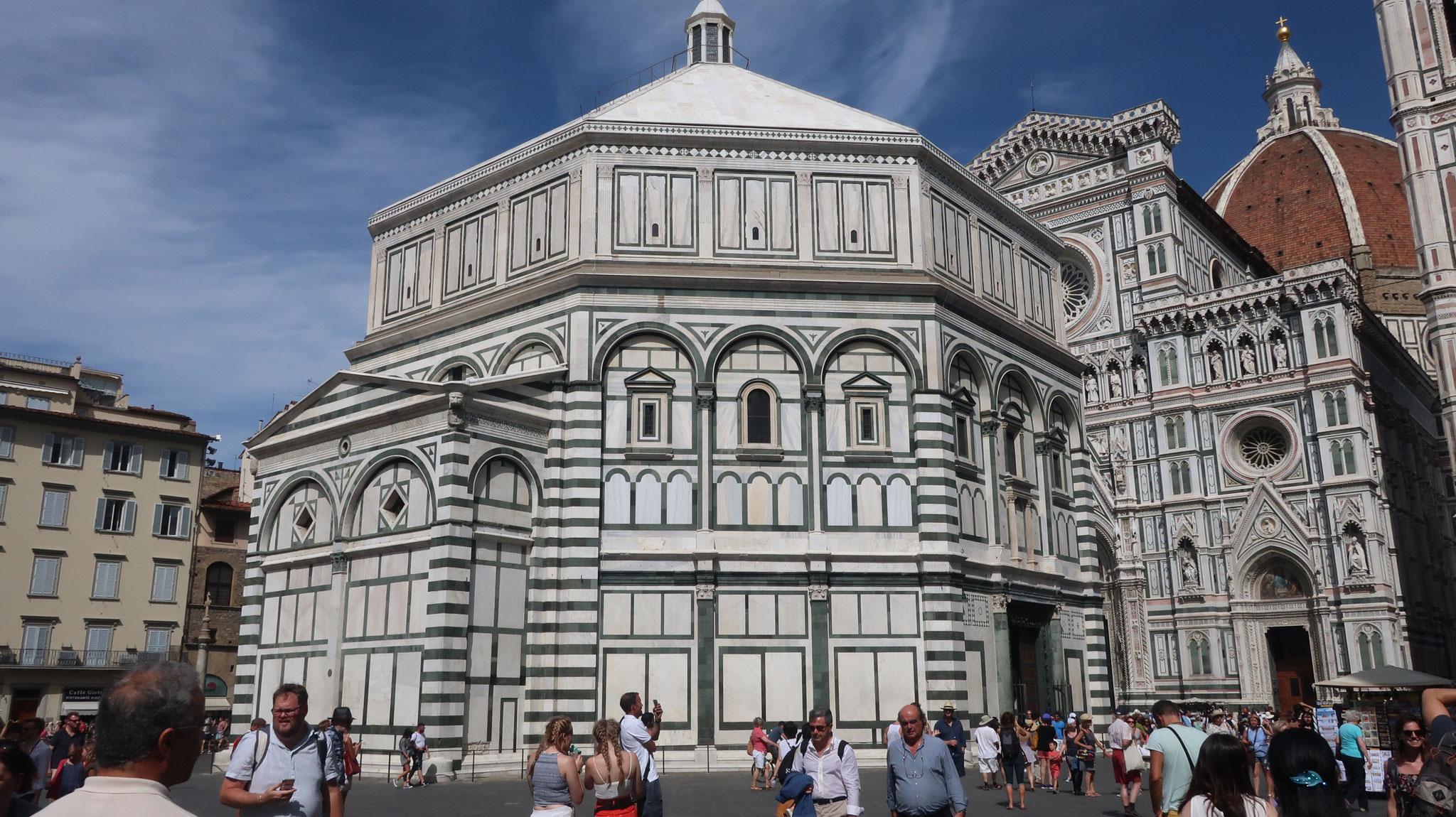 8角形のサン・ジョヴァンニ洗礼堂。大聖堂より早く、11世紀に、フィレンツェの守護聖人、聖ジョヴァンニ(ヨハネ)に捧げて、建造されました。この街に生まれた詩人ダンテも、ここで洗礼を受けました。